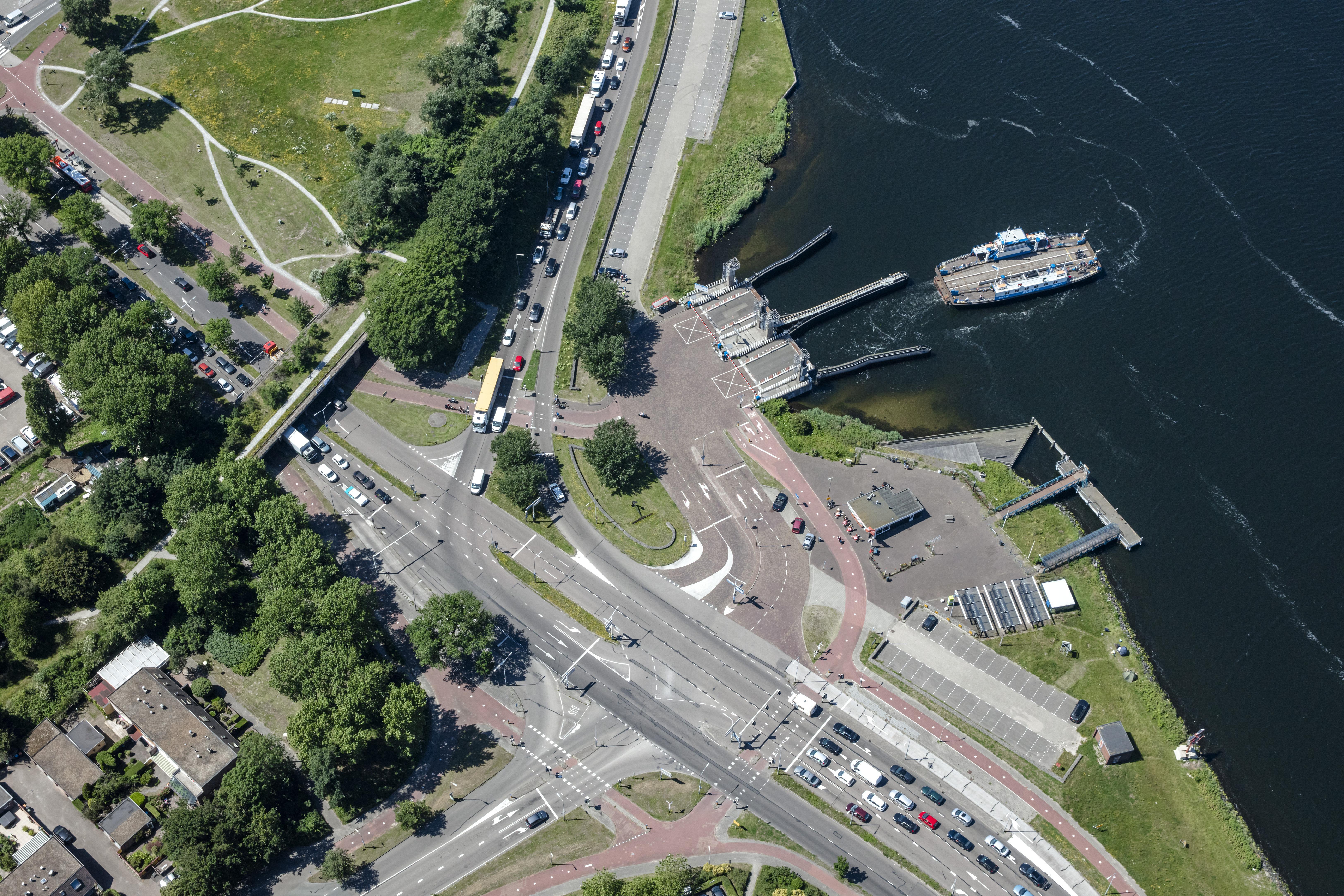 Velserpont uitgeleend aan Buitenhuizen na motorstoring, vertraging bij het IJmondveer