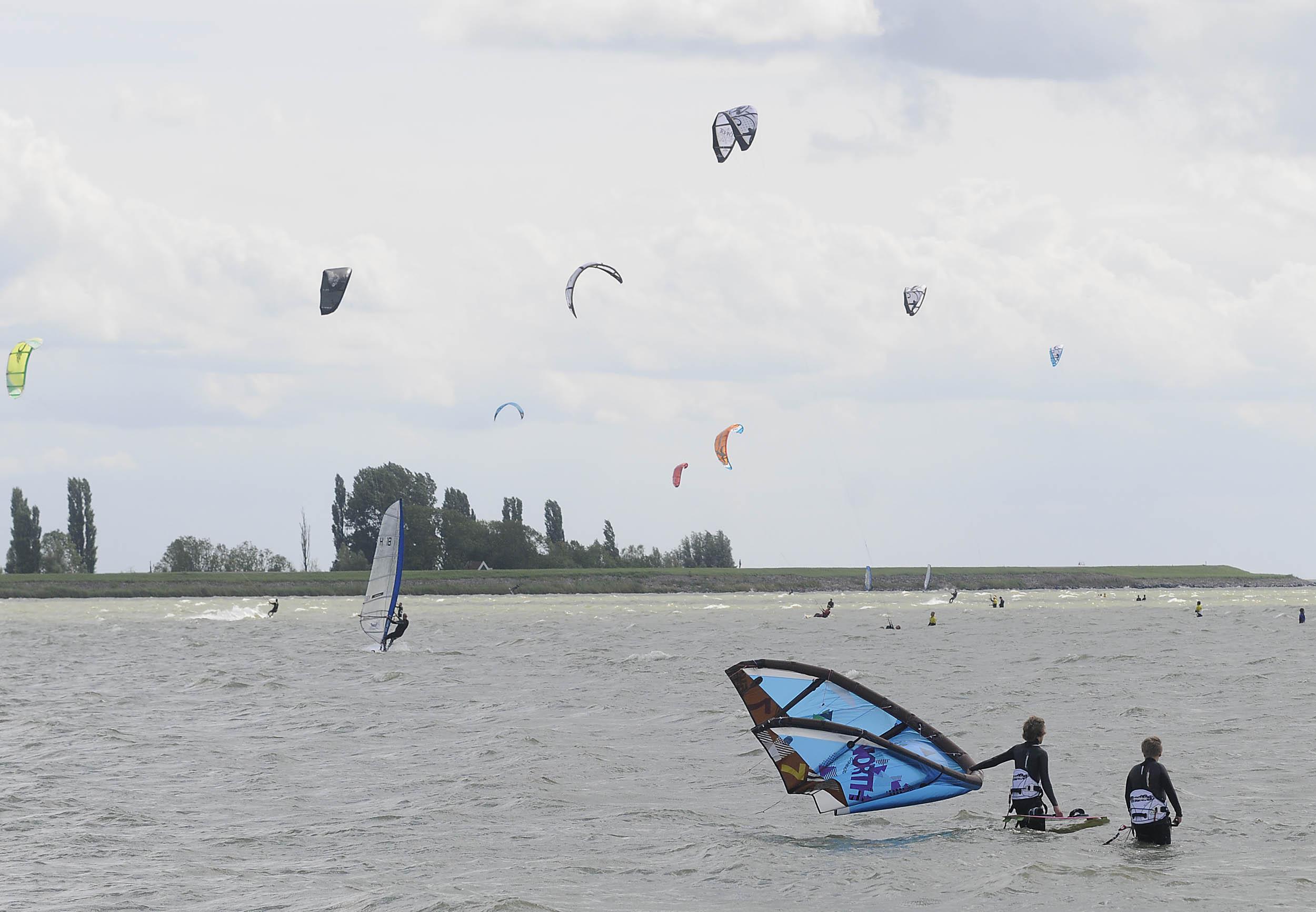 Windsurfers luiden noodklok over massale toestroom kitesurfers: 'Hoe vaak moet het misgaan?!'