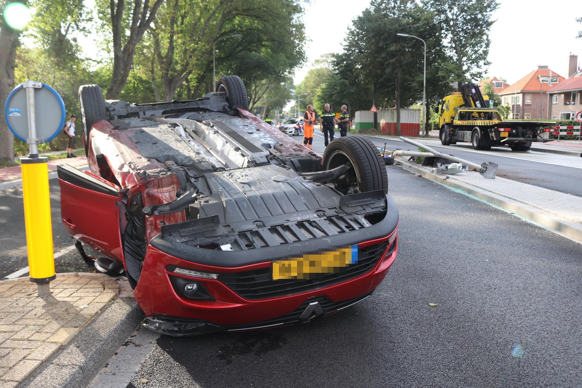 Auto slaat over de kop in Katwijk, bestuurster naar ziekenhuis