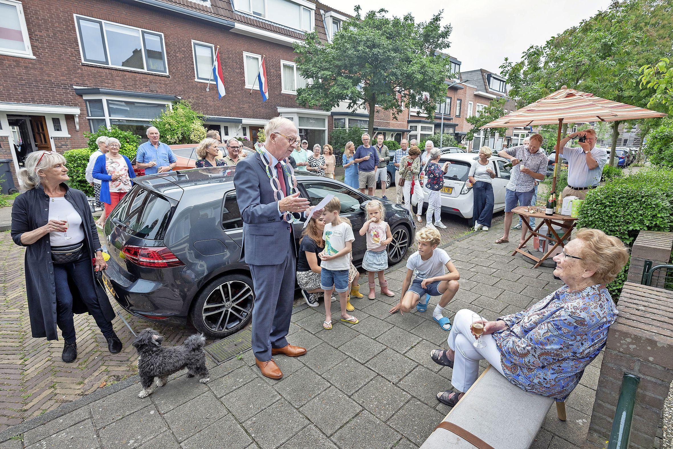 Proosten op Oma Nel. Haarlemse Van der Meerstraat viert 99e verjaardag geliefde buurtgenoot