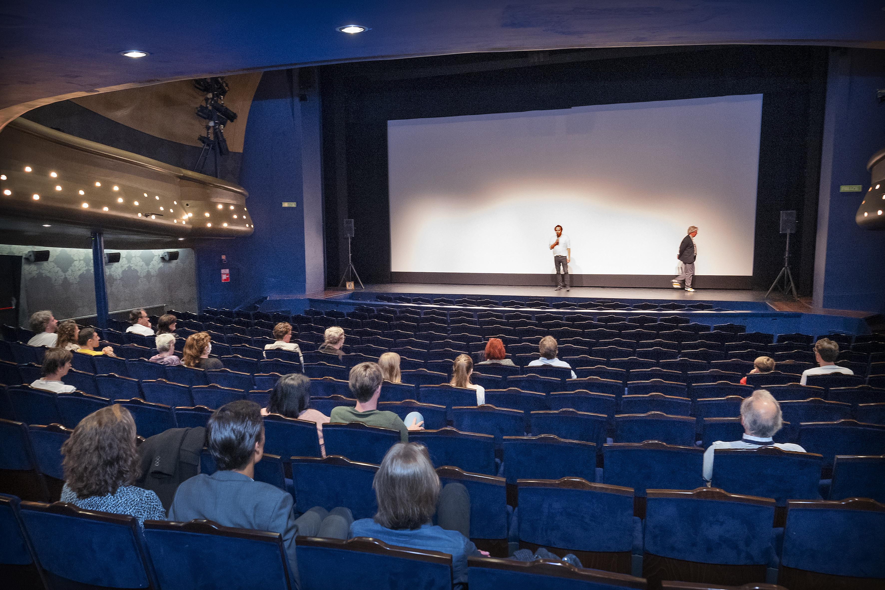 Speelfilm en theater in dezelfde zaal in Stadsschouwburg Velsen: 'Welk theater kan nou eerst de film draaien en dan de voorstelling spelen?