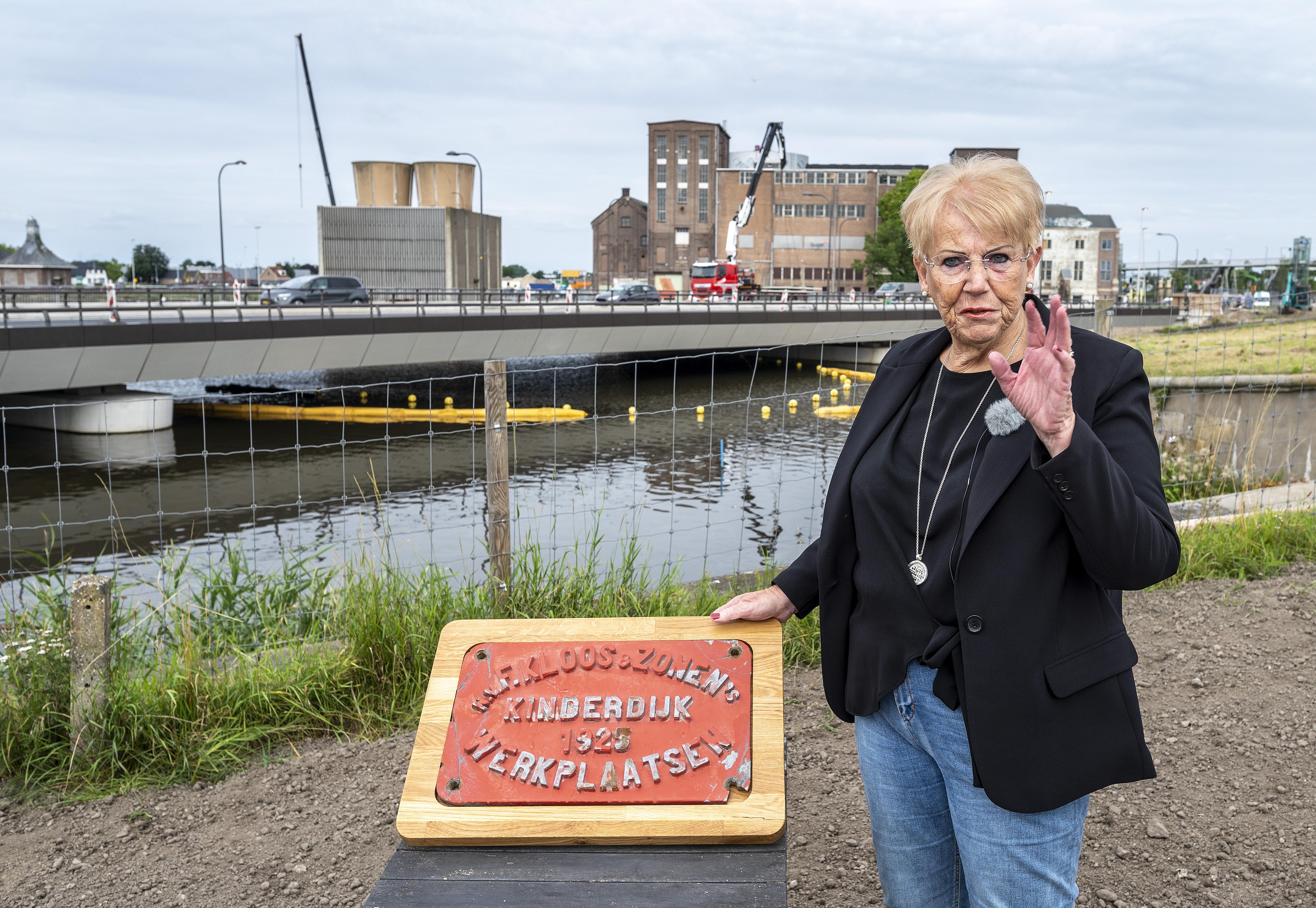 'De oude Boezembrug was een deel van mij.' Een halve eeuw na ernstig ongeval op brug krijgt Zwanenburgse Klazien (69) een stuk van de brug
