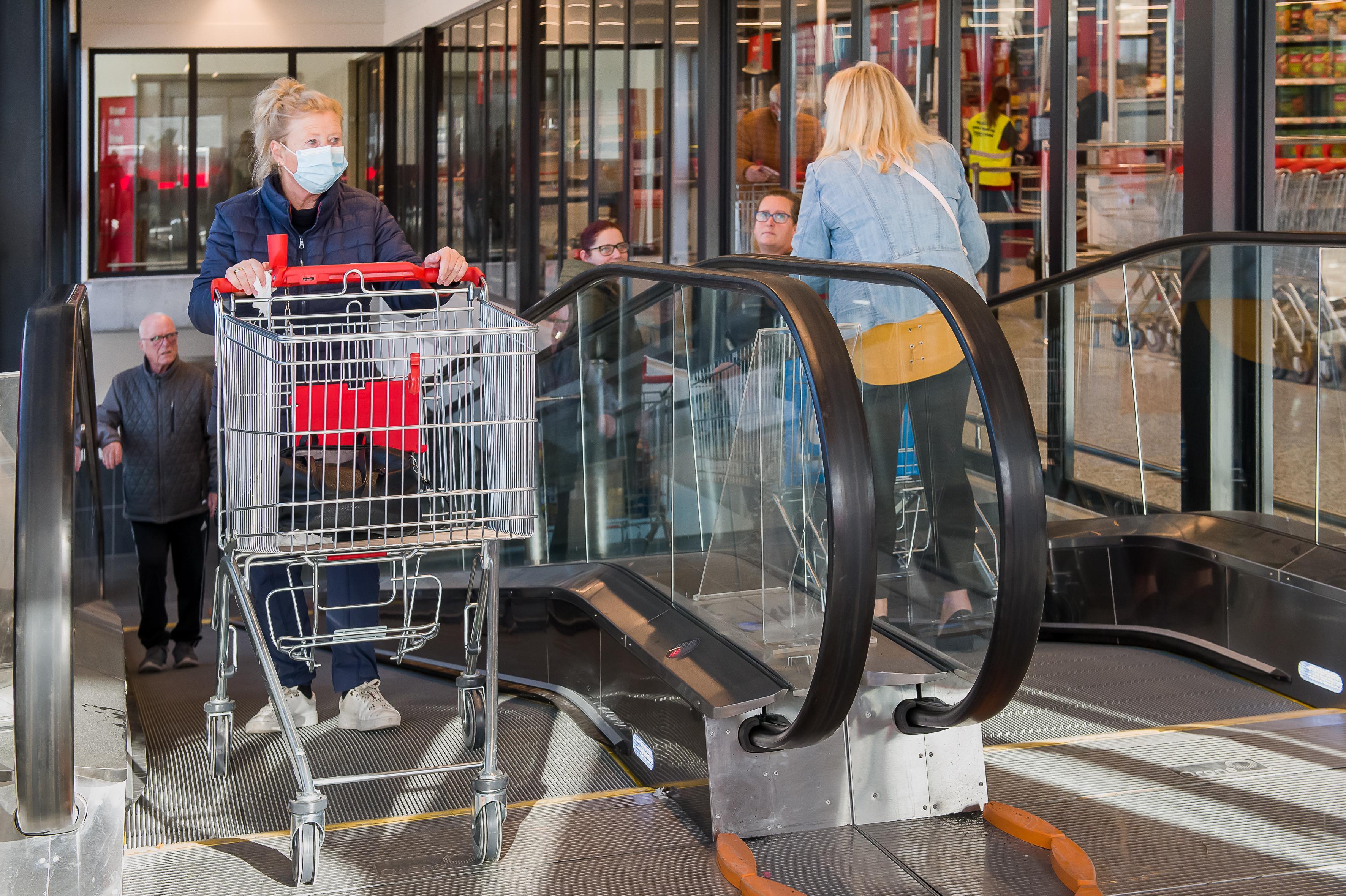 Reuring over de rolband bij nieuwe Dirk van den Broek in Volendam na incidentje met kinderwagen; 'Ja, ik ging wel met mijn karretje naar boven. Maar omlaag vertrouwde ik het niet'