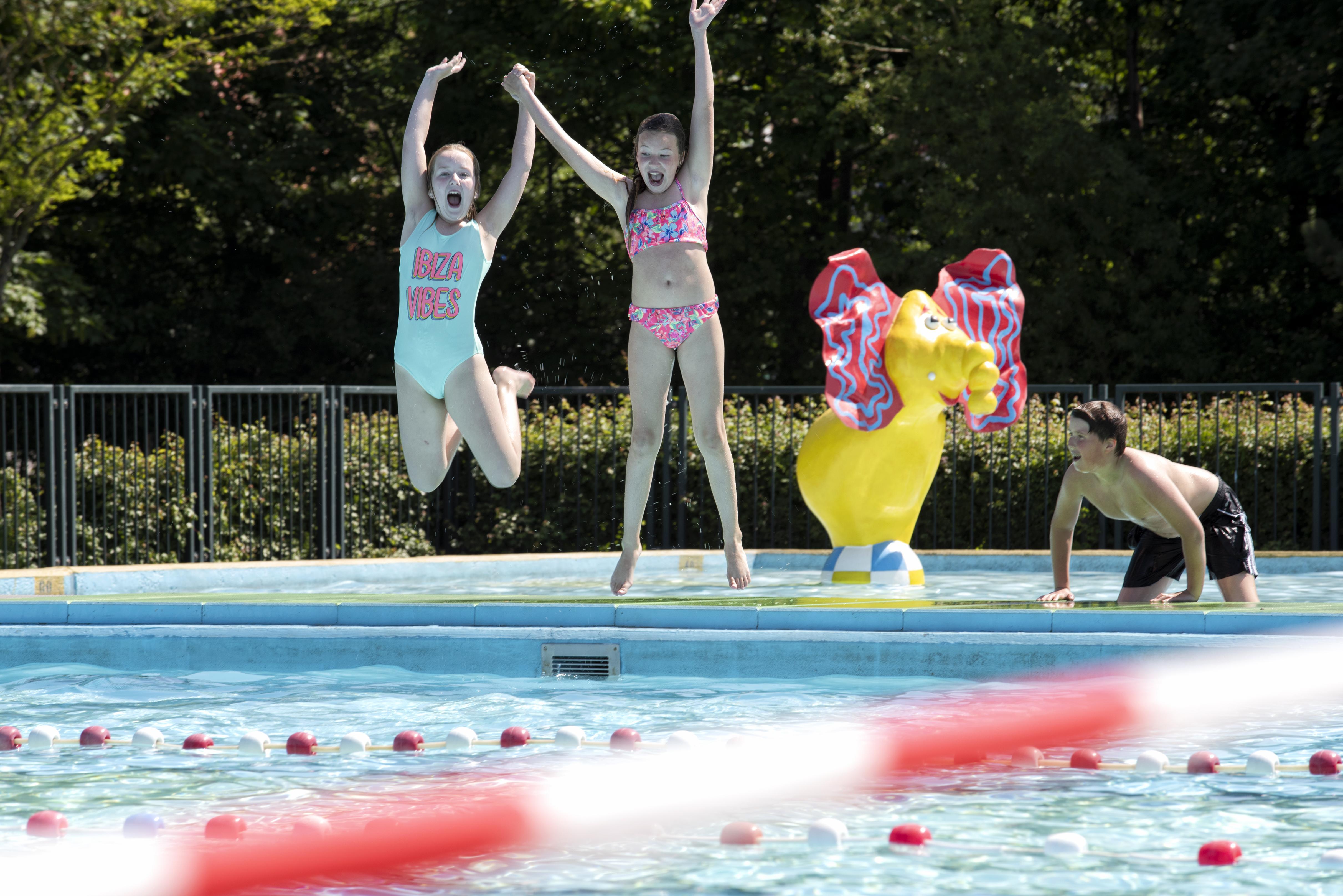 Hoera, zwembad De Zien is coronaproof: 'Als het hier niet was opengegaan was ik in het Uitgeestermeer gedoken'