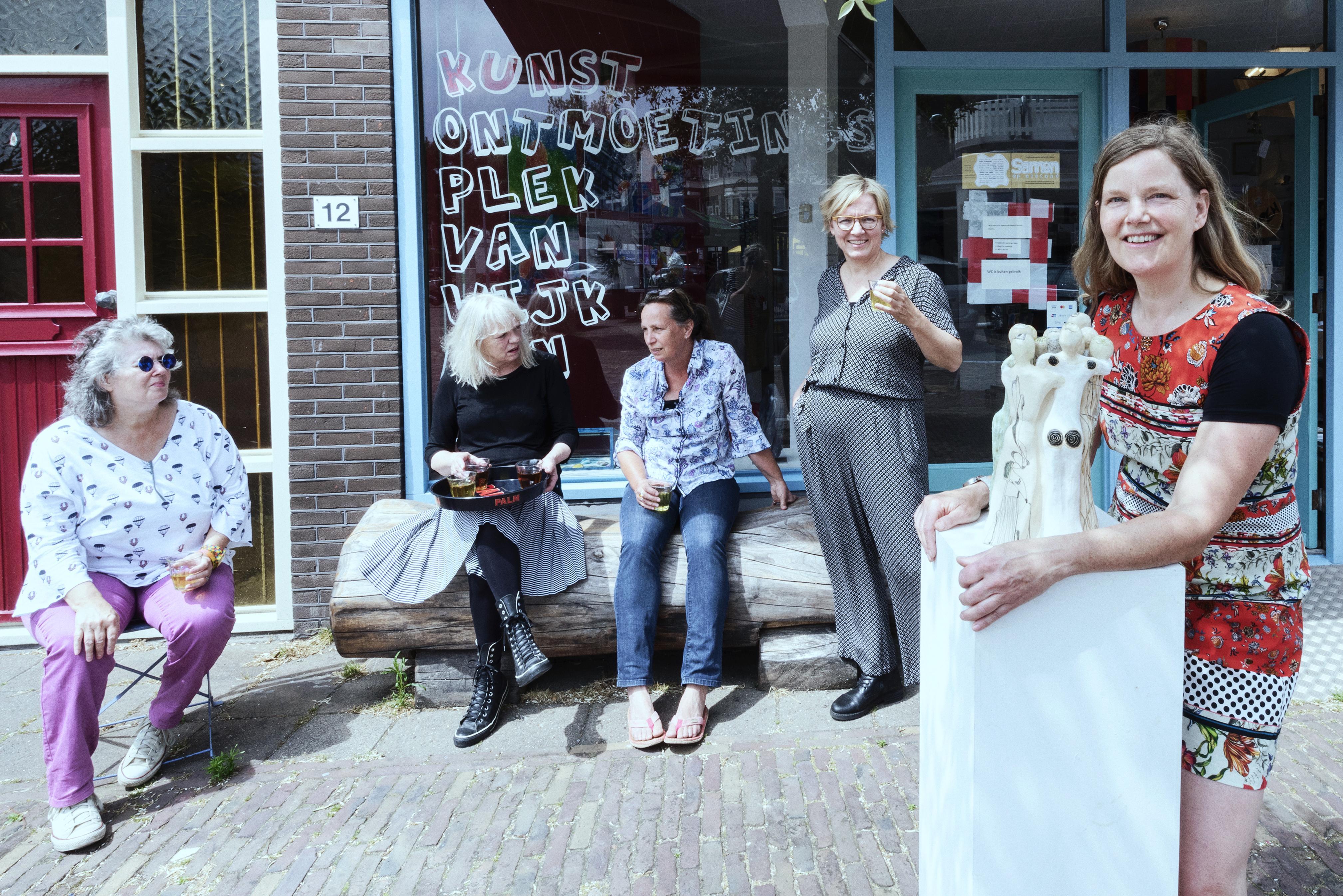 De Kop in Wijk aan Zee hangt vol met kunstwerken: 'Het liefst wil je natuurlijk lekker rondlopen, wat vragen, even teruglopen. Dat zal nu anders zijn'