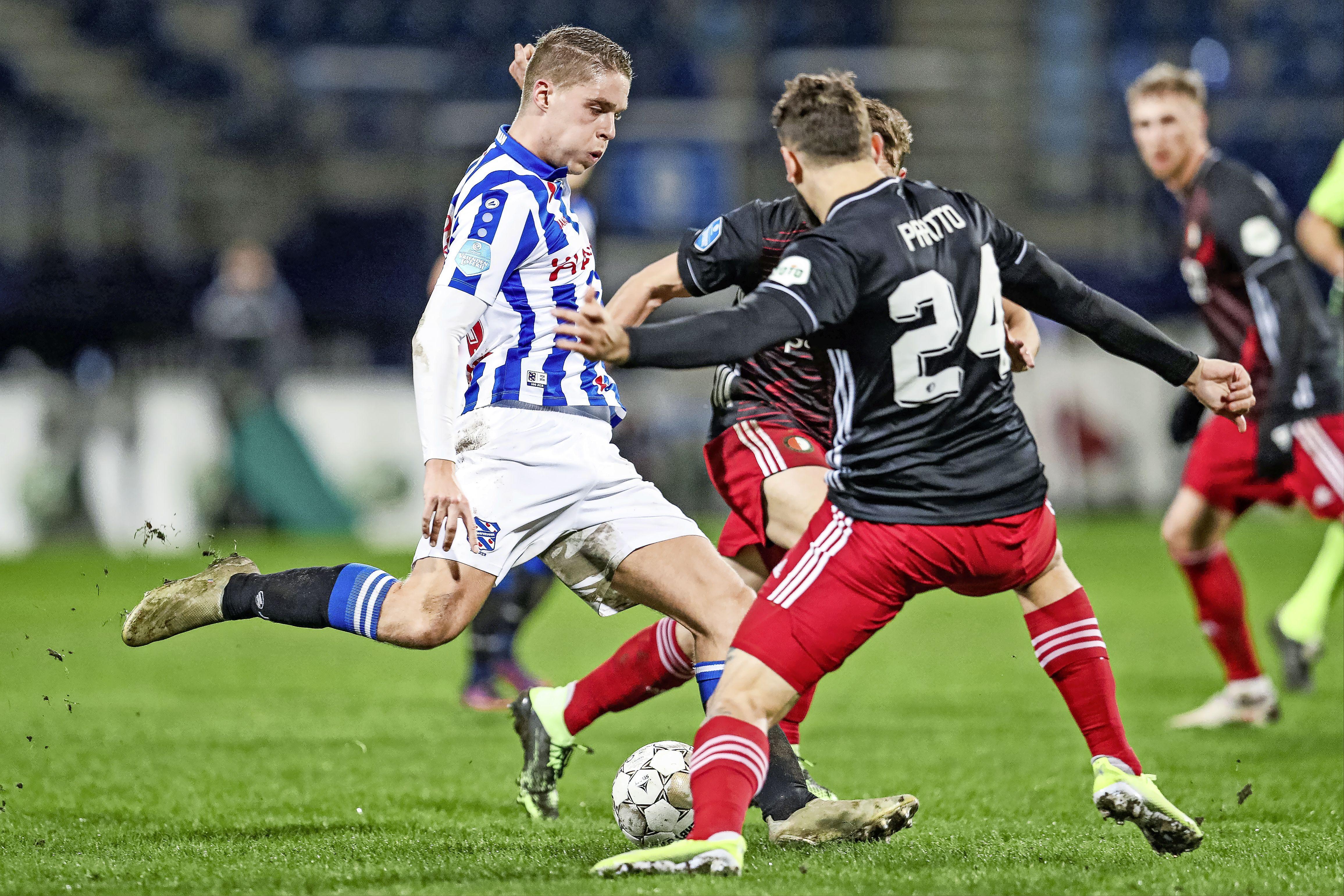 'Hij speelt in een volle Kuip alsof hij op een pleintje in Volendam voetbalt'; Joey Veerman is de laatste Volendamse straatvoetballer [video]
