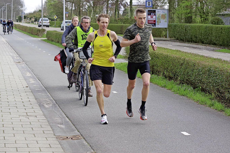 Arjan van der Hoorn liep een solomarathon en finishte voor zijn eigen huis: 'Mensen verklaarden mij voor gek'