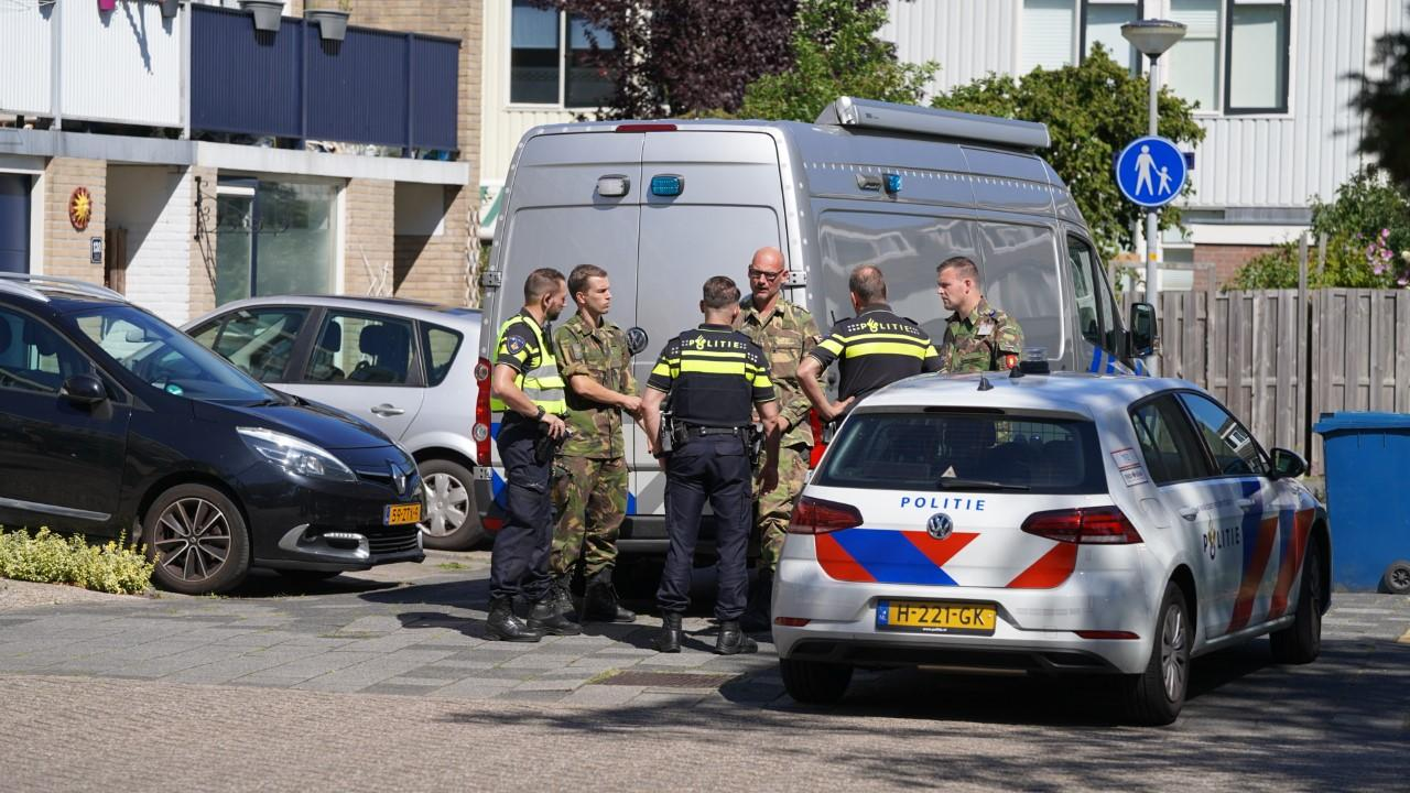Verdacht pakketje in Alkmaarse woning leidt tot vondst illegaal vuurwerk en wapens