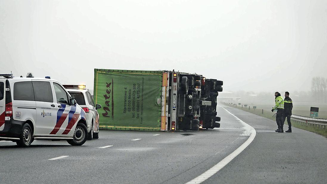 A7 gedeeltelijk dicht door gekantelde vrachtwagen bij Middenmeer