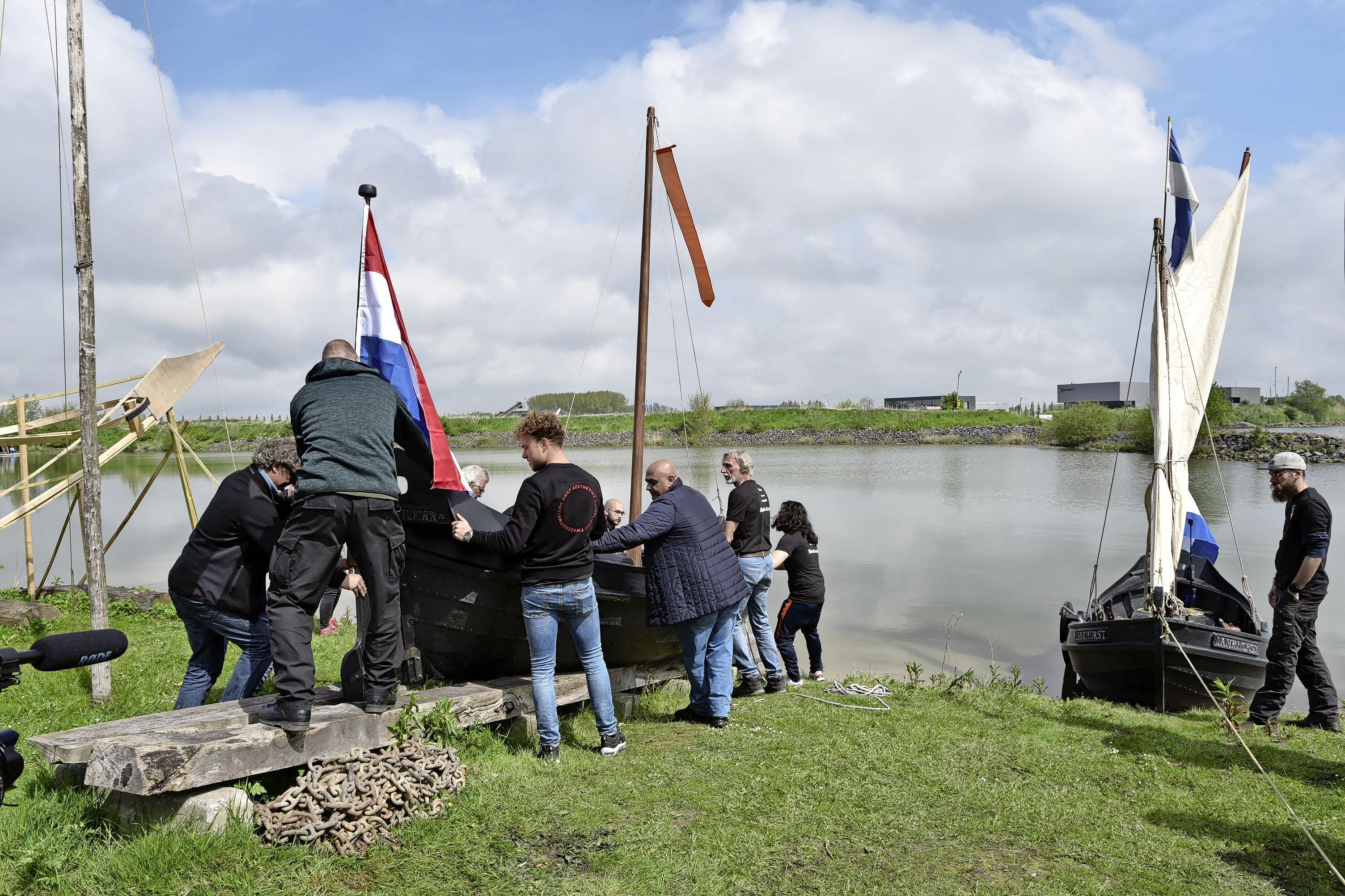 'Trots op bont gezelschap bouwers, Schelphoek is hún werkboot'. Nieuw schip van afvalpastic meteen aan het werk gezet