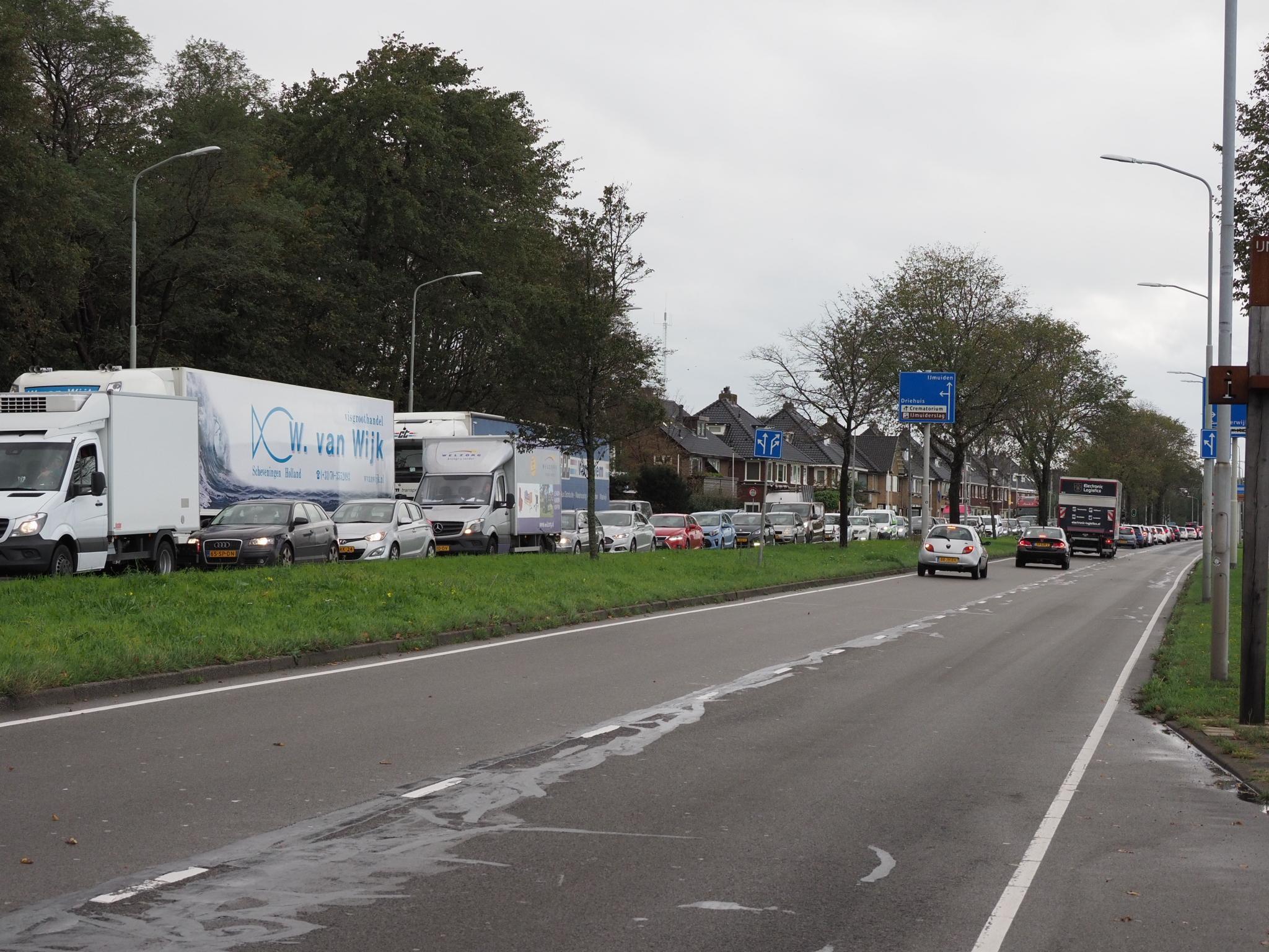 Twee auto's botsen frontaal op Rijksweg in Velsen-Zuid; bestuurster naar ziekenhuis