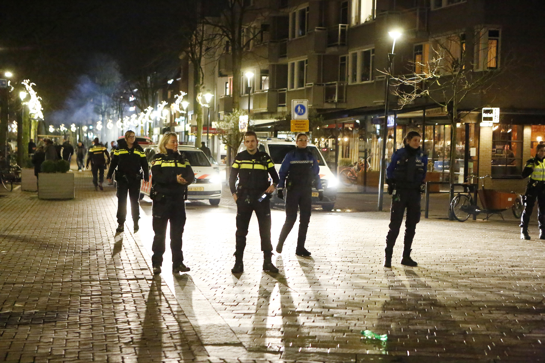 Samenscholing in het centrum van Hilversum verloopt rommelig en soms grimmig, met een hoop vuurwerkbommen en geschreeuw, maar incidenten blijven uit