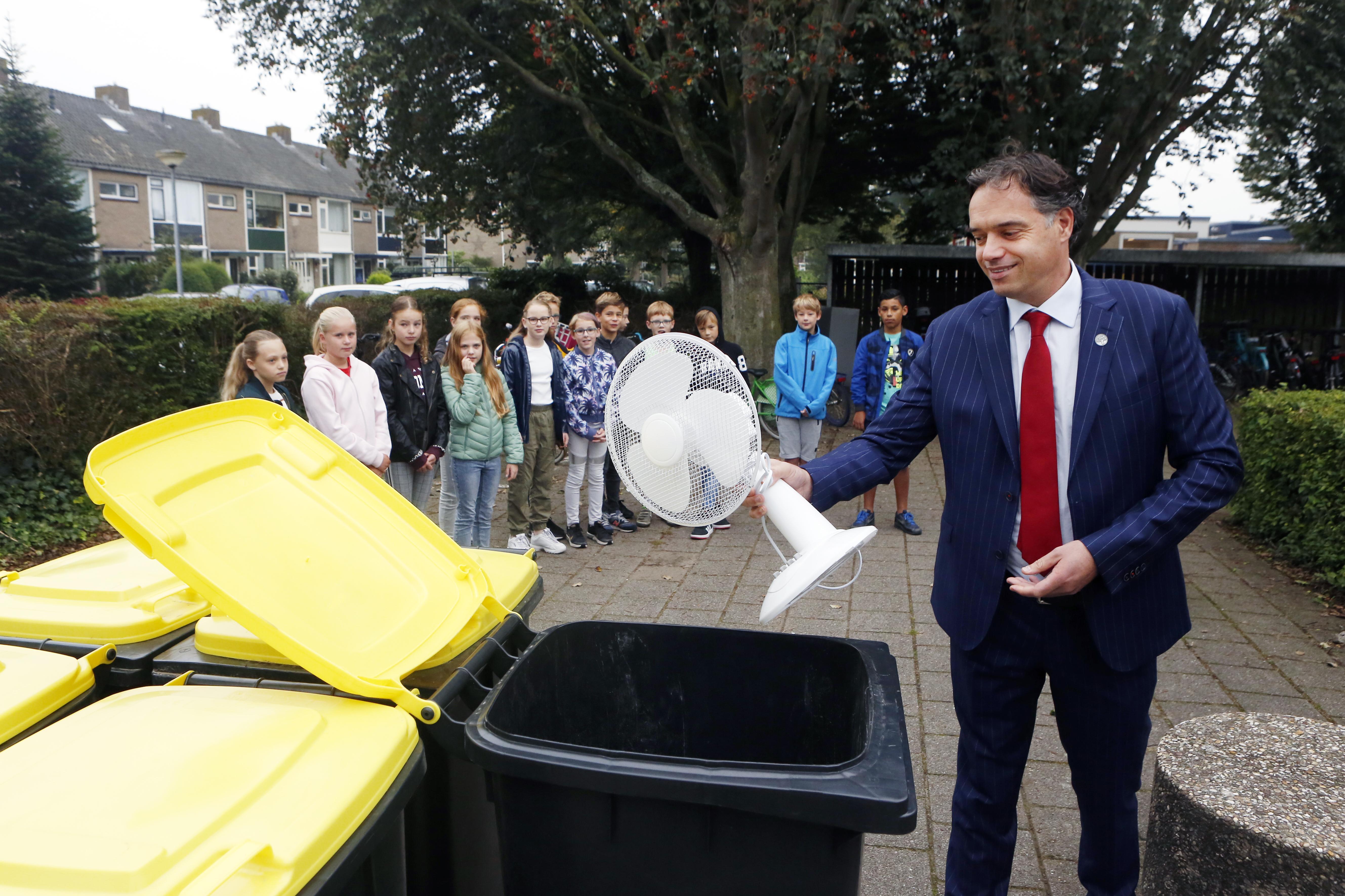 Start wedstrijd 'elektronisch afval inzamelen' op Regenboogschool in Kortenhoef; wethouder Boermans heeft ventilator niet meer nodig