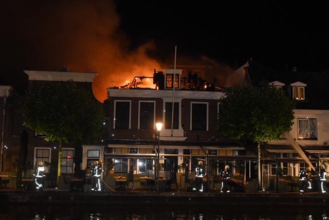Uitslaande brand verwoest restaurant Proto en buurpand in Alphen [video]