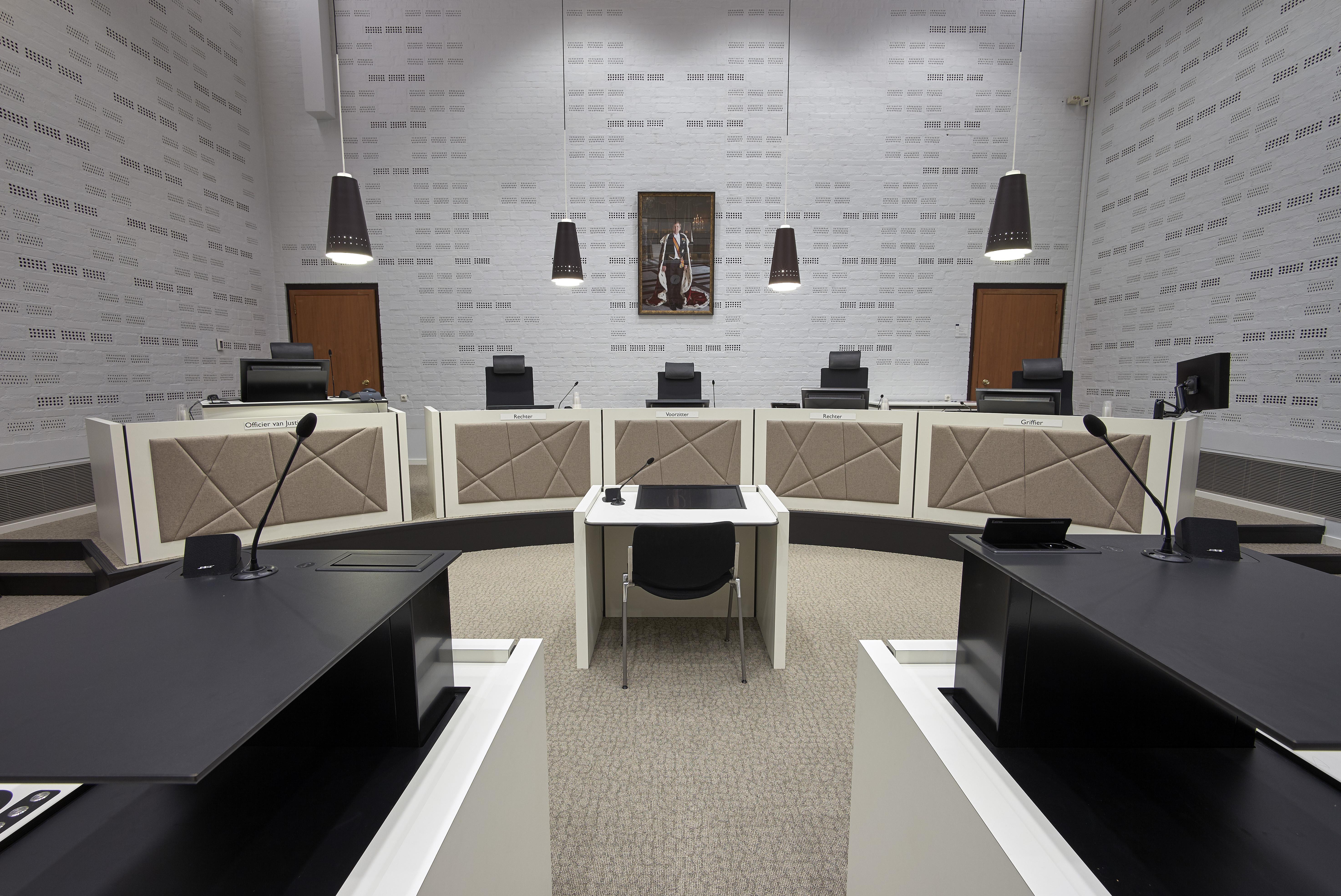 Onderwijzer basisschool Noordwijkerhout hoort twee jaar cel eisen wegens seksueel misbruik zeer jonge leerlingen. 'Meester heeft aan mijn plassertje gezeten', zeiden drie kinderen in de verhoorstudio