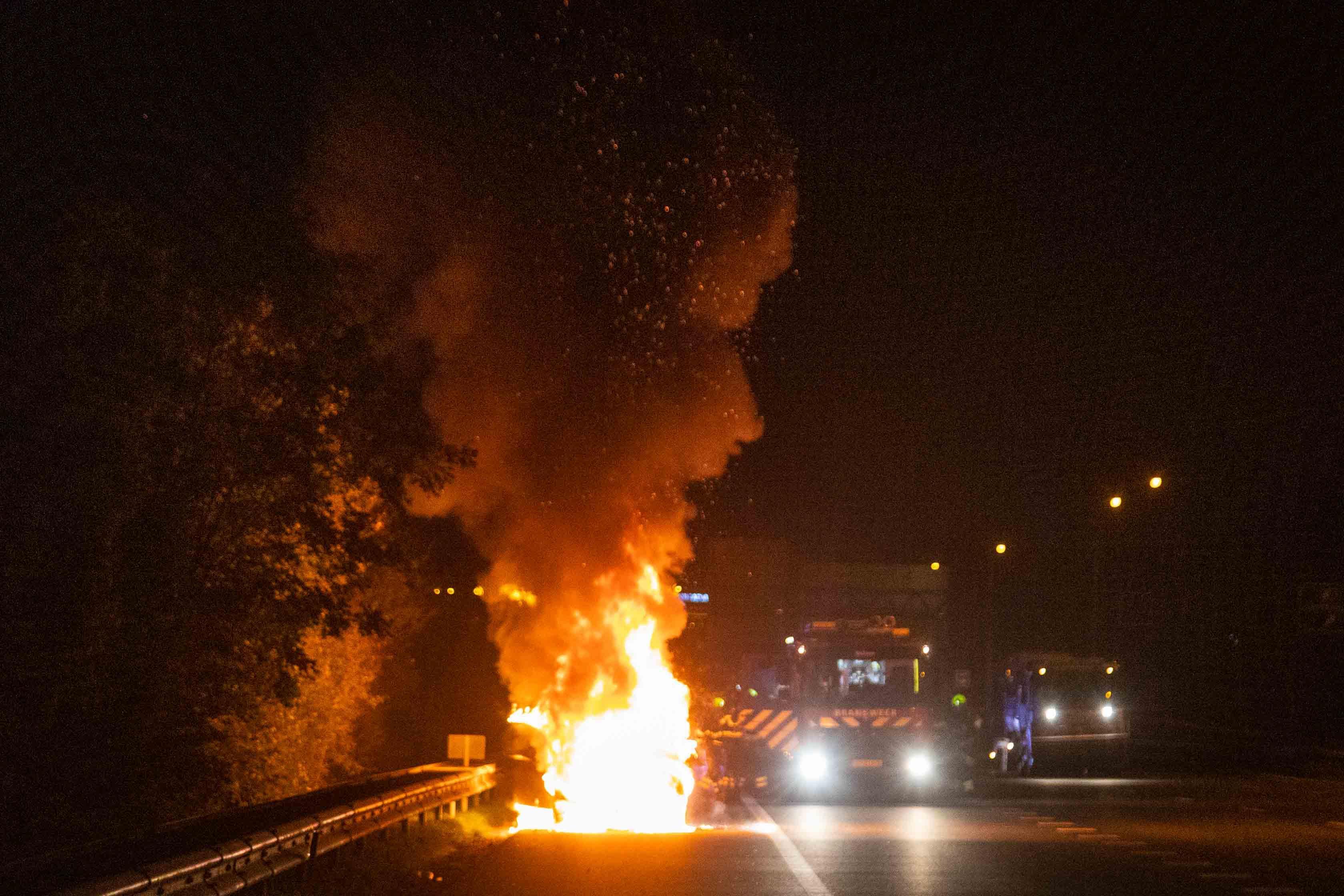 Auto vliegt al rijdend in brand op de A9, inzittenden stappen op tijd uit