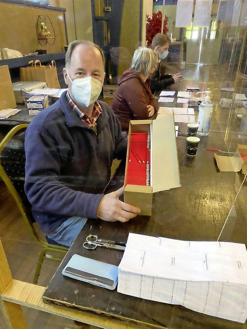 4600 mondkapjes, 22.000 paar wegwerphandschoentjes, 200 liter handgel en 150 liter desinfectiemiddel gebruikt bij stemmen in Stede Broec, Enkhuizen en Drechterland
