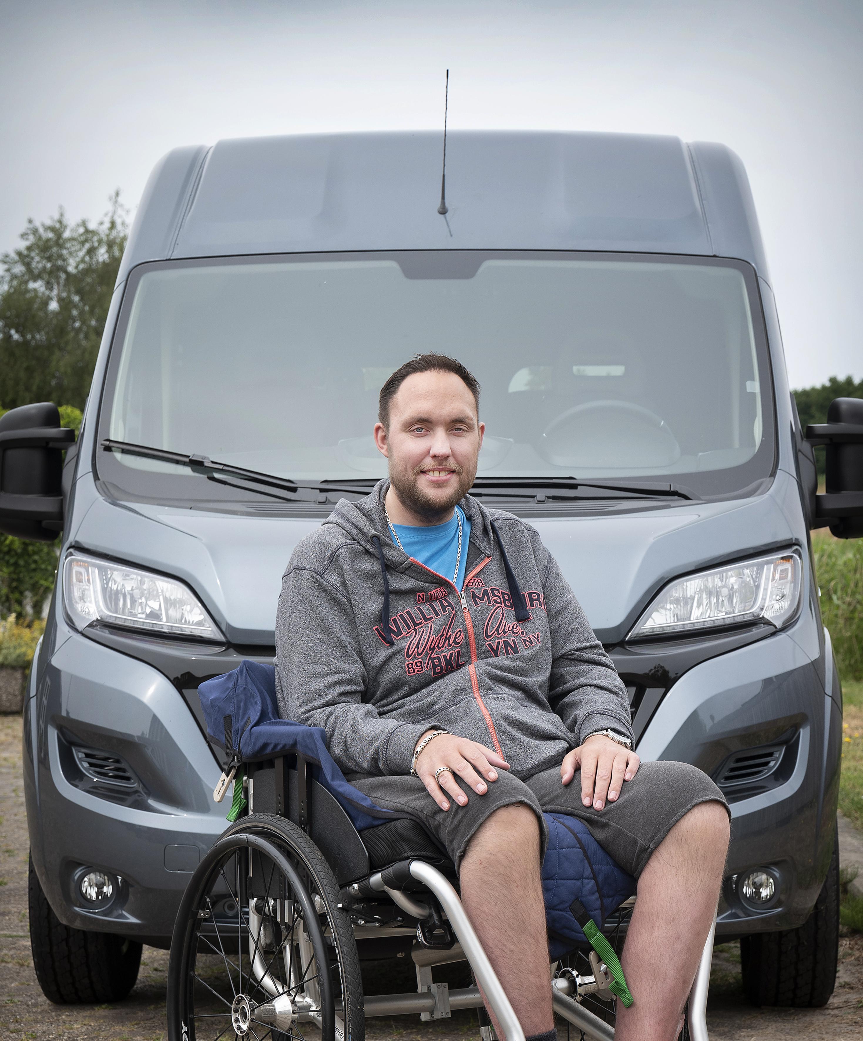 Dankzij vele hulptroepen en honderden gulle gevers heeft Ricardo de Wit uit Cruquius z'n rolstoelbusje
