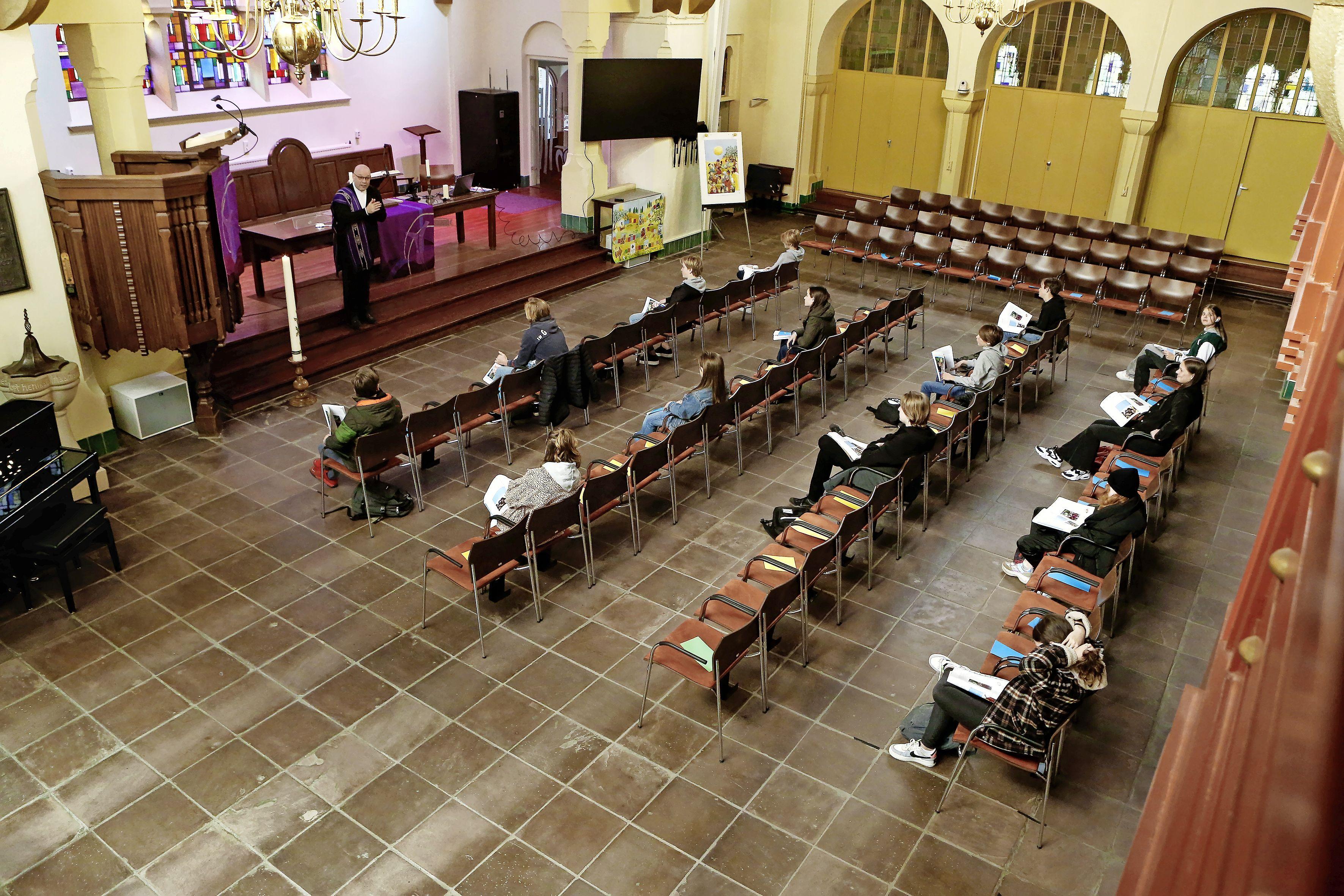 In slaap sukkelen is er niet bij tijdens godsdienstles in Spieghelkerk; 'Fijn dat we zo les kunnen krijgen, maar dat galmen is wel irritant'