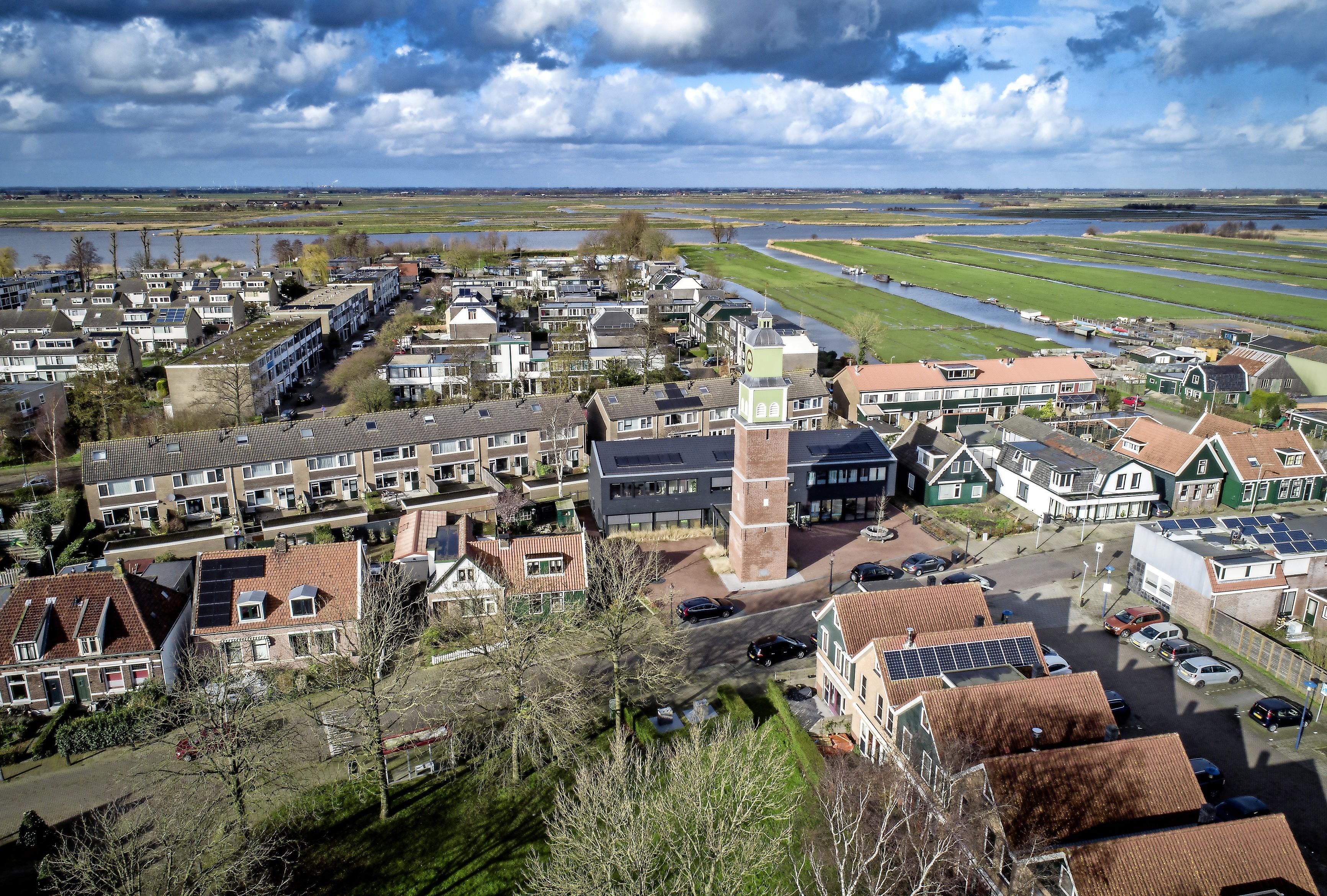 Luchtfoto: ook replica van de Beschuitstoren in Wormer spreekt aan