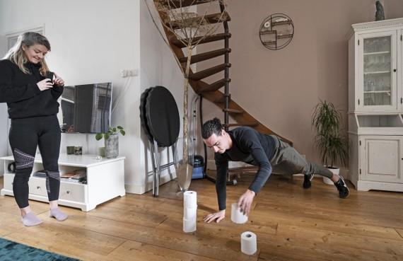 Gymleraren zetten leerlingen thuis in beweging: les met wc-rollen [video]