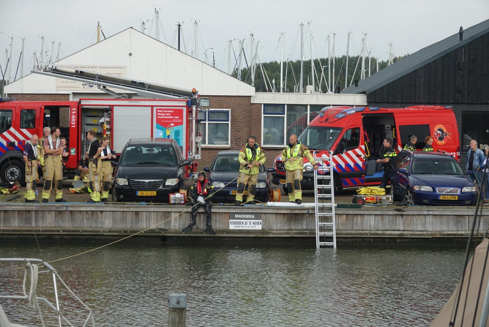 Auto te water in Monnickendam, bestuurster gereanimeerd