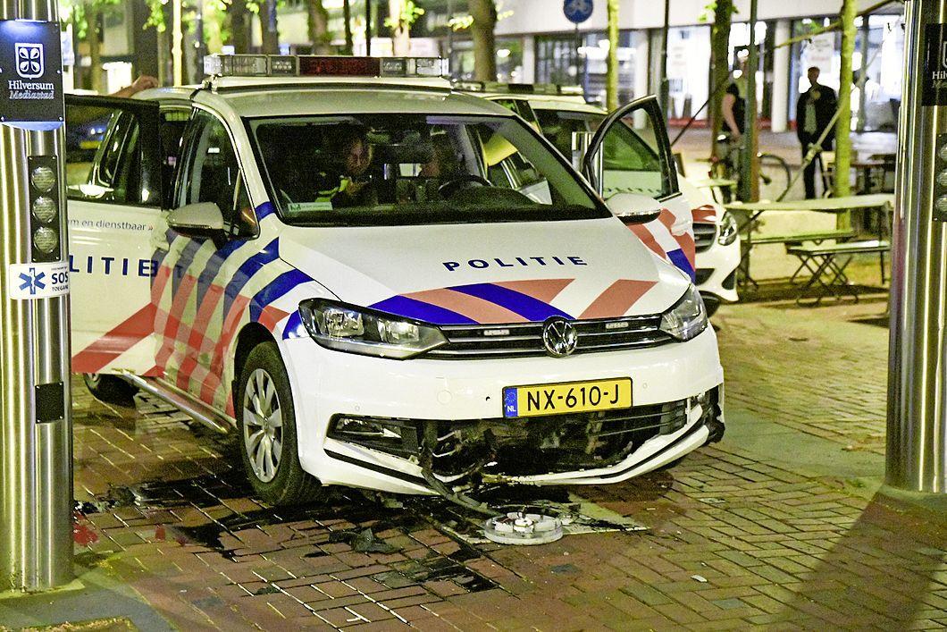 Politieauto botst op inzinkbare paal in centrum van Hilversum