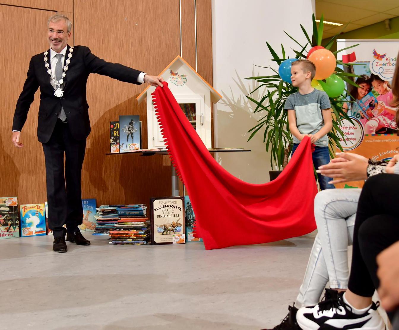 Door onvoldoende lezen hebben kinderen taalachterstand. Kinderzwerfboek 'Bart & Bouke' bereikt Noord-Holland en wil daar wat tegen doen