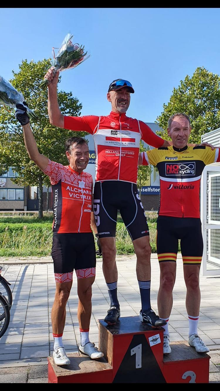Sep Visser, voorzitter van wielerclub Kampioen, wint criterium bij buurman Excelsior
