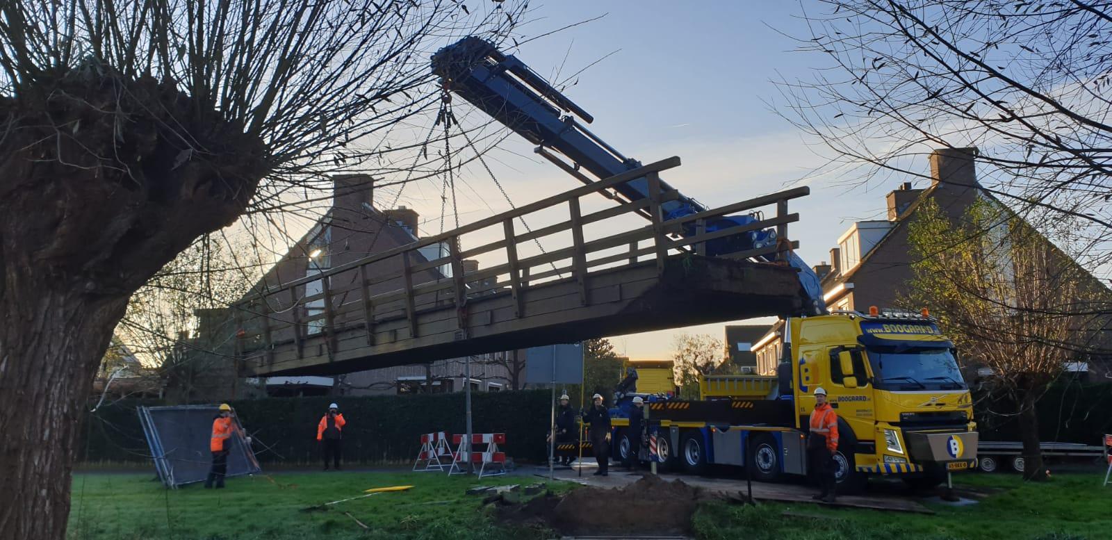 Fietsers en voetgangers in Weesp Zuid zitten straks bijna een jaar zonder brug: 'Wat is er toch aan de hand met dat ding?', vraagt de buurt zich af