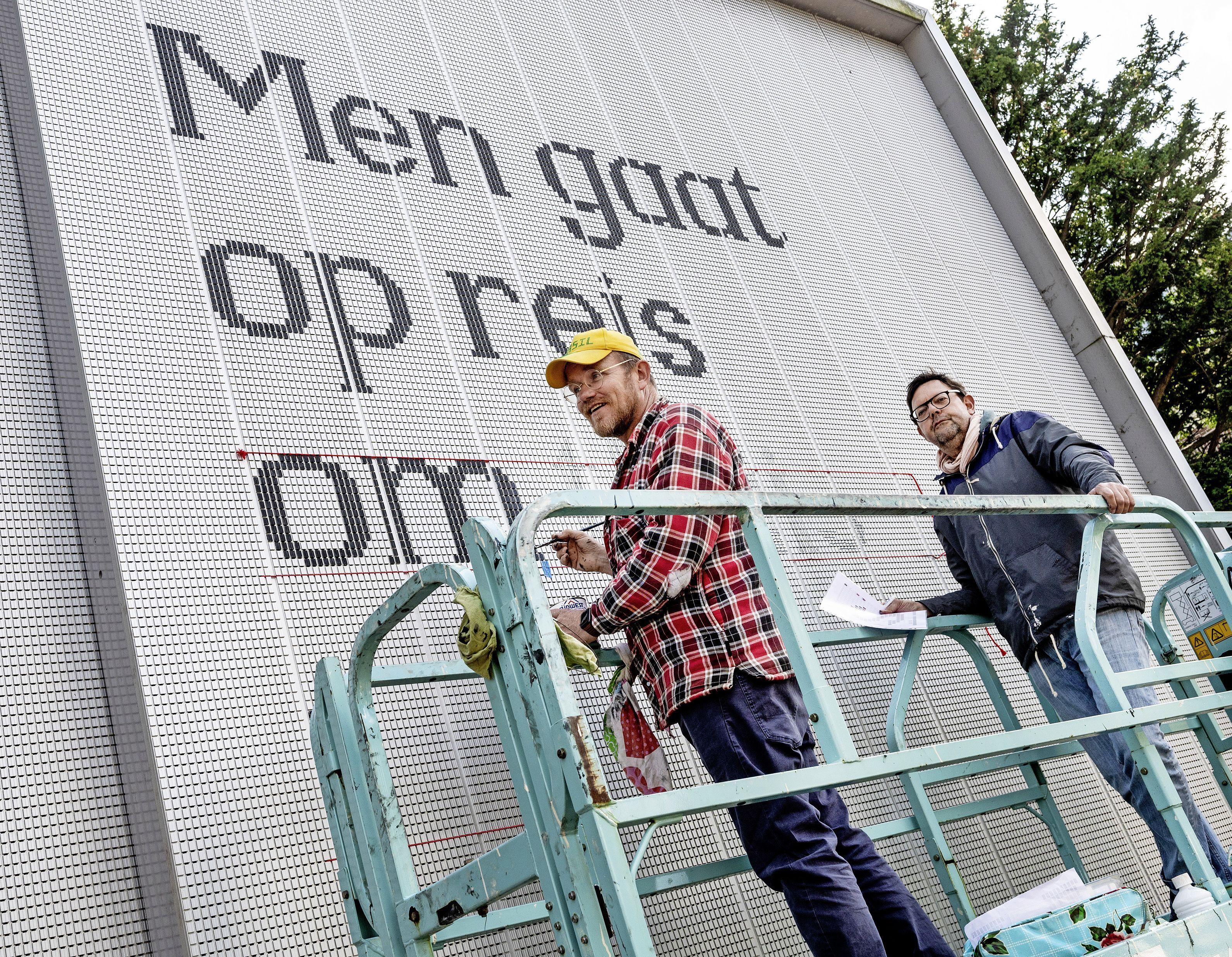 Schrijver Godfried Bomans vereeuwigd op het station van Haarlem: 'Men gaat op reis om thuis te komen'