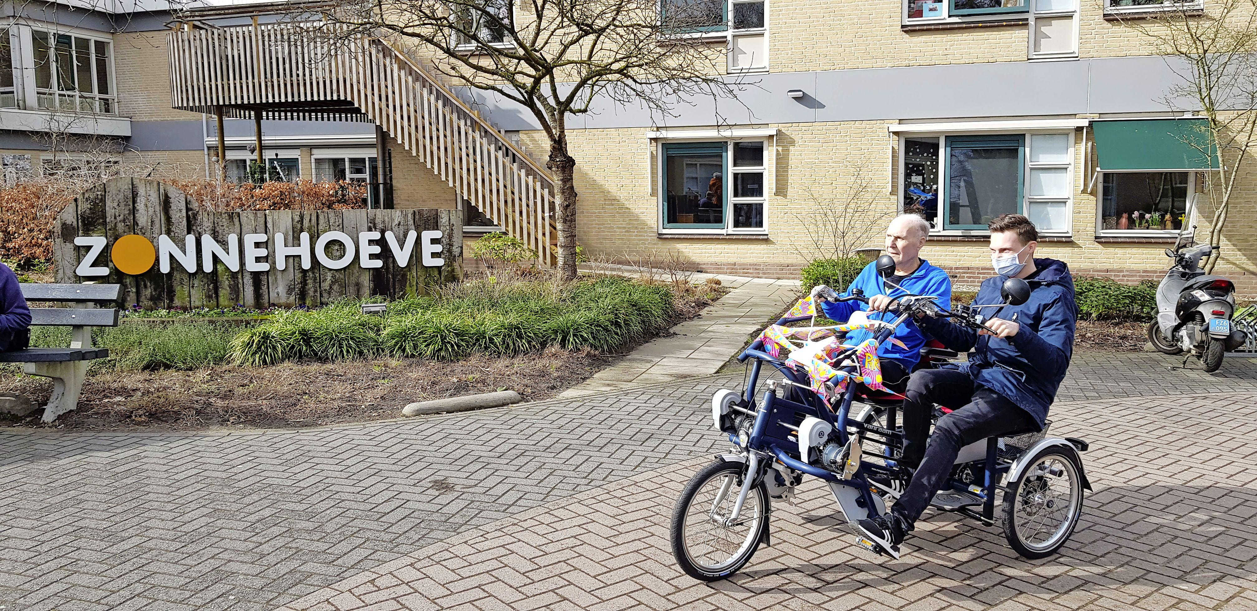 Lionsclub Hilversum trakteert bewoners van Zonnehoeve op een luxe duofiets. 'Geweldig dat ze dit voor ons doen'