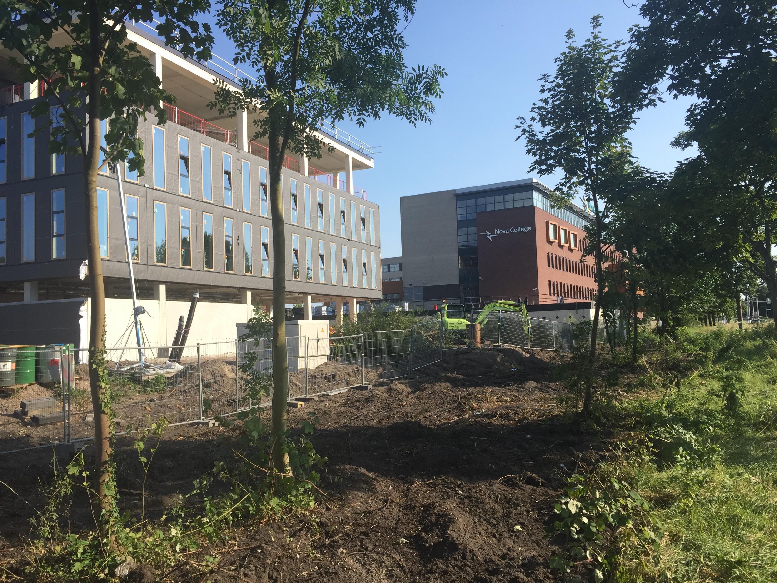 Woede over weggebulldozerde groenstrook bij Nova College in Haarlem