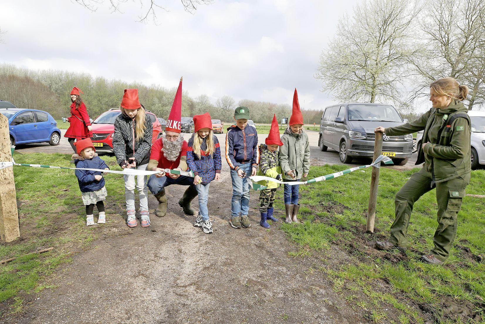 Kabouters wijzen de weg langs leuk leerzaam pad in het Dijkgatbos. Waarom prikken brandnetels? En hoe zien sporen van reeën eruit?