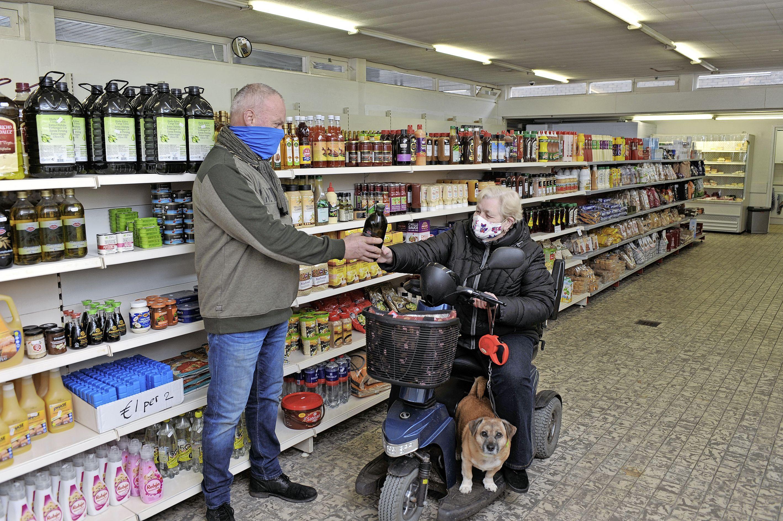 Emmers vol koek en bossen van vijftig tulpen. Kees verkoopt restpartijen en producten met een beschadiging voor heel weinig. 'Fijn, zo'n buurtwinkel', vindt klant Marga