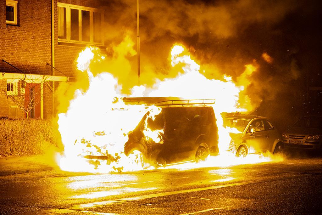 Twee voertuigen zwaar beschadigd door brand in Haarlem-Noord, mogelijk aangestoken