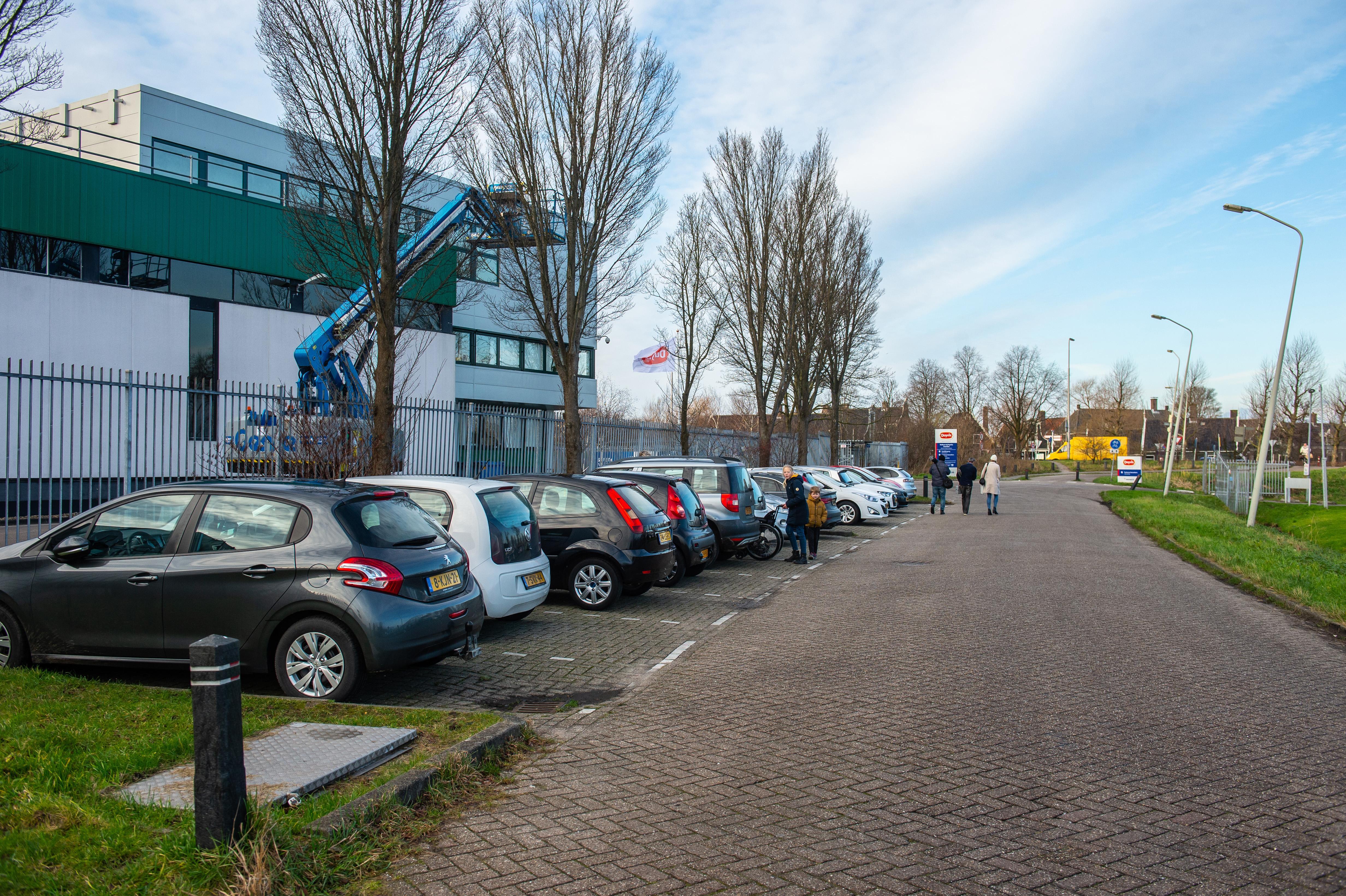 Voetbalvereniging Zaandijk heeft dringend meer parkeerplaatsen nodig. PvdA: 'zoek een oplossing voordat Zaanse Schans weer volloopt'