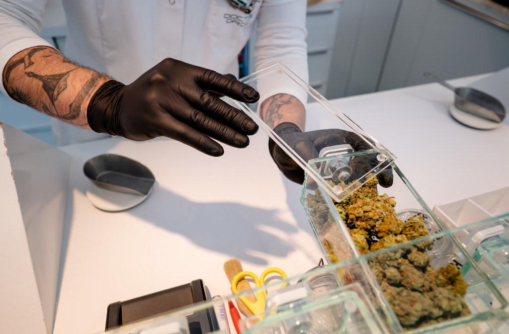 Weren drugstoerist stap naar transparante en gereguleerde handel in softdrugs, waar het ook wel eens tijd voor wordt | Commentaar