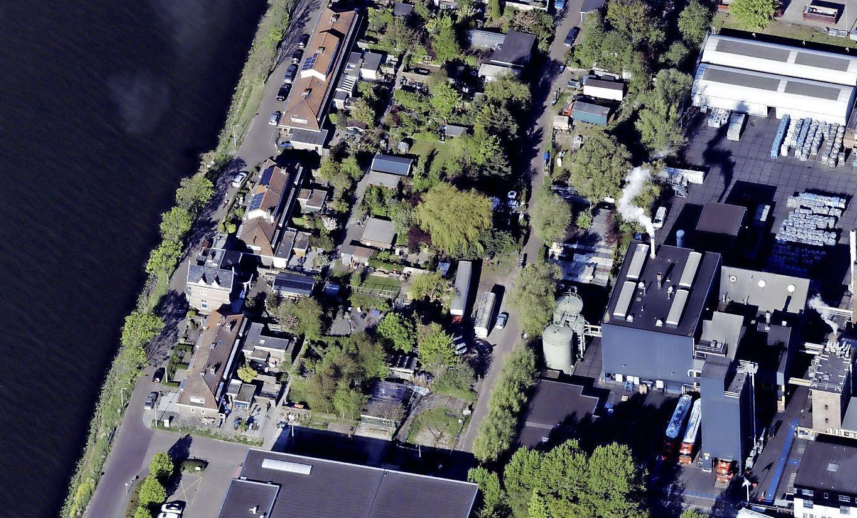 Kermisexploitanten willen attracties, containers en aanhangers blijven stallen aan Zaanderhorn; Zaanstad noemt de objecten ontsierend en belemmerend voor bewoners Hemkade