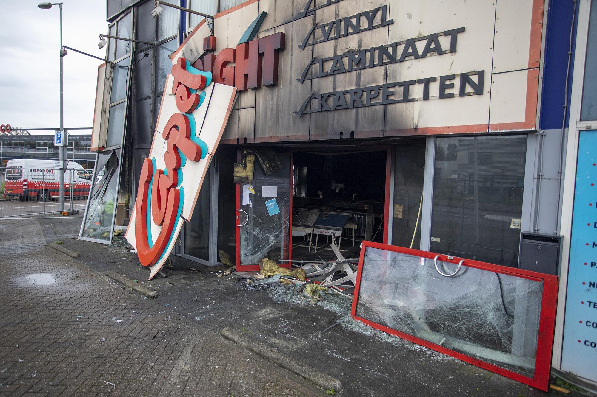 Veel brandschade aan pand van de Carpetright in Beverwijk