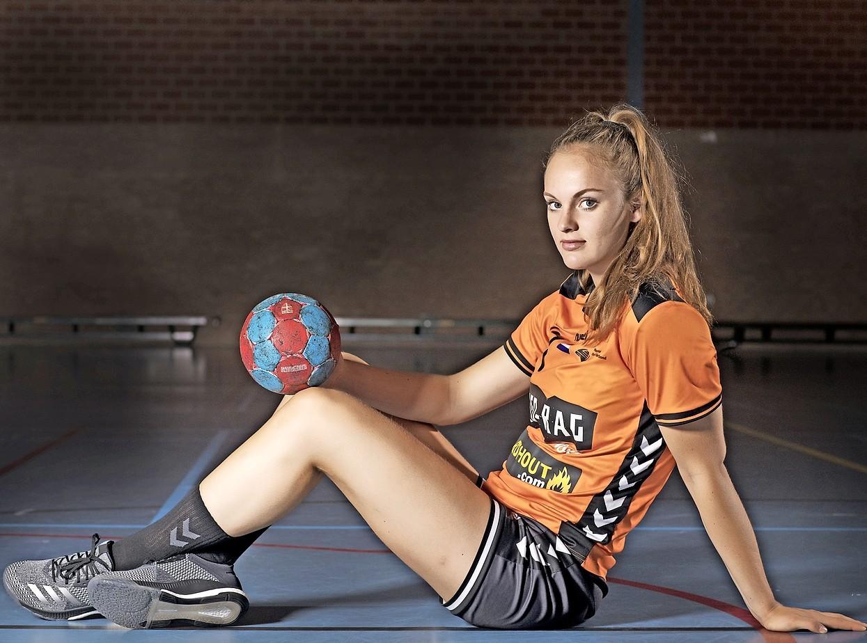 Beverwijkse handbalster Pien van der Geest volgt vader naar vissersdorp: 'Ik zie Volendam juist als een stap vooruit'