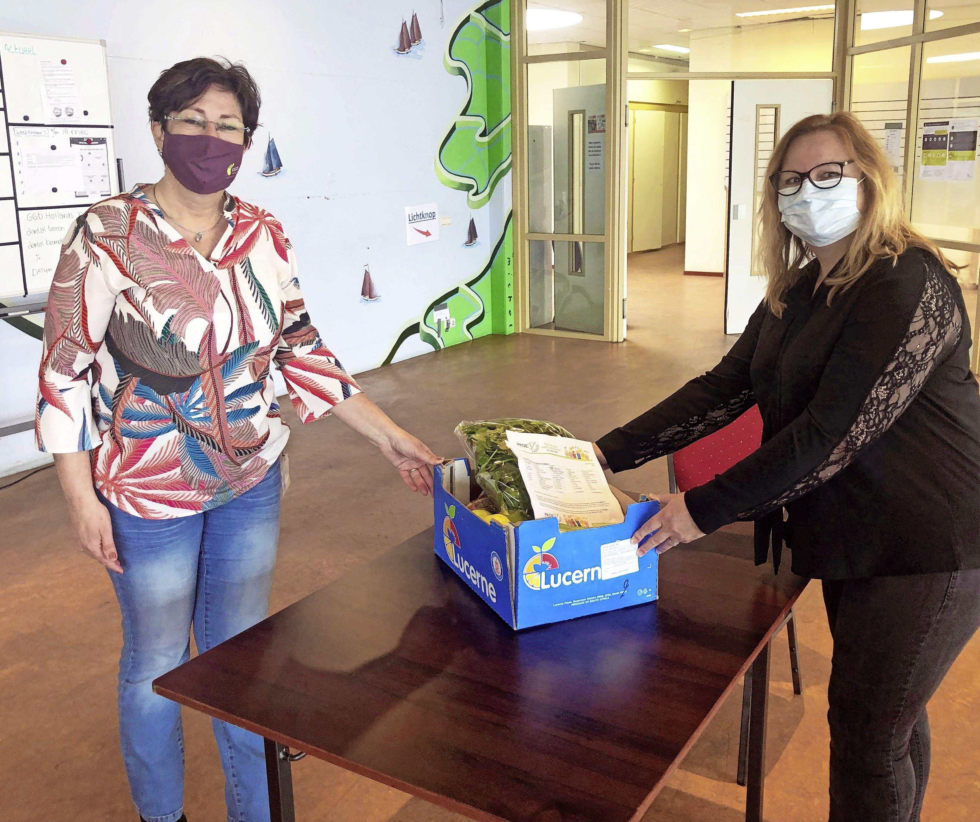 Incotec verrast medewerkers coronateststraten in Zwaag en Bovenkarspel met een fruit/groentepakket