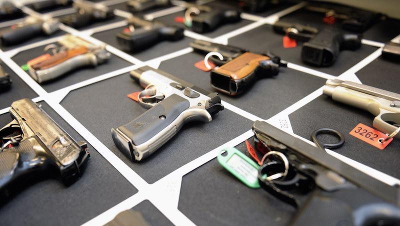 Nepvuurwapens en drugs in Hilversumse woning, twee aanhoudingen