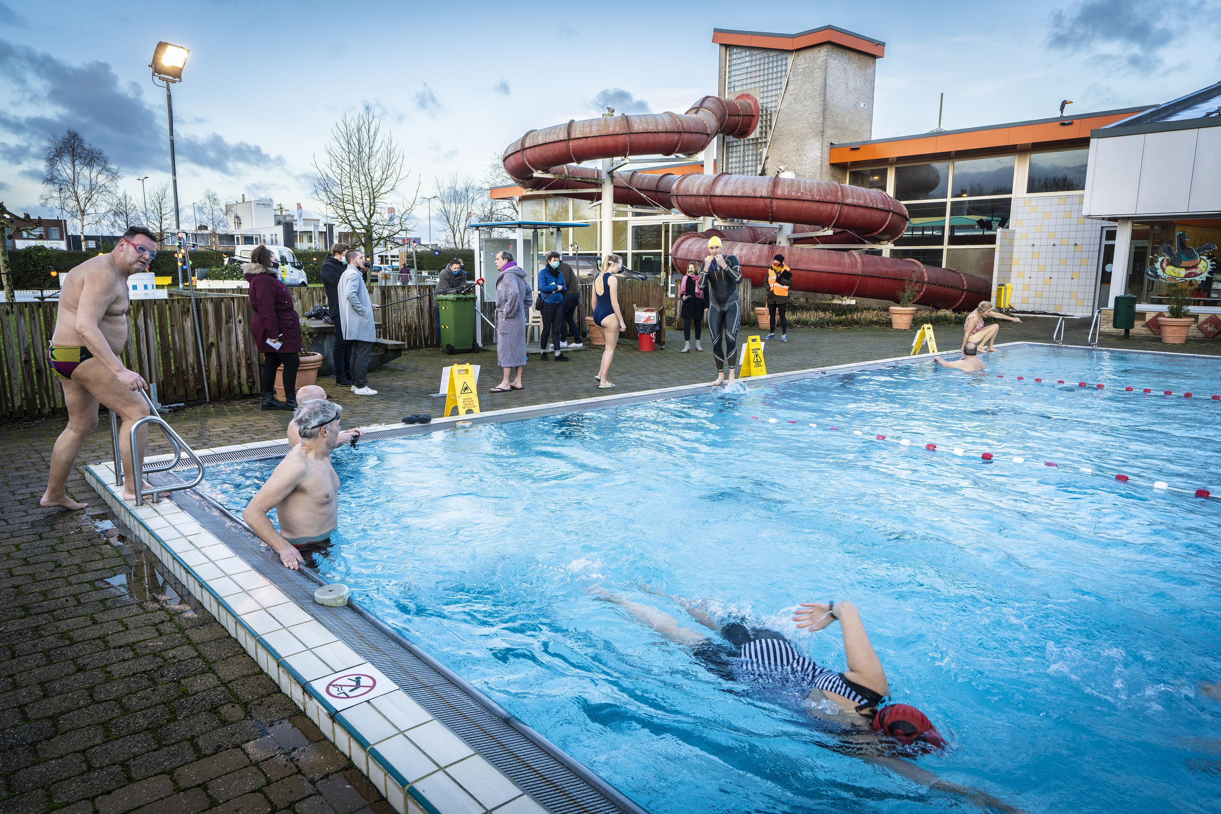 Zwemmers komen superlatieven te kort over mogelijkheid tot 'winterzwemmen' in De Hoorn in Alphen aan den Rijn: 'Fantastisch dat dit kan!'