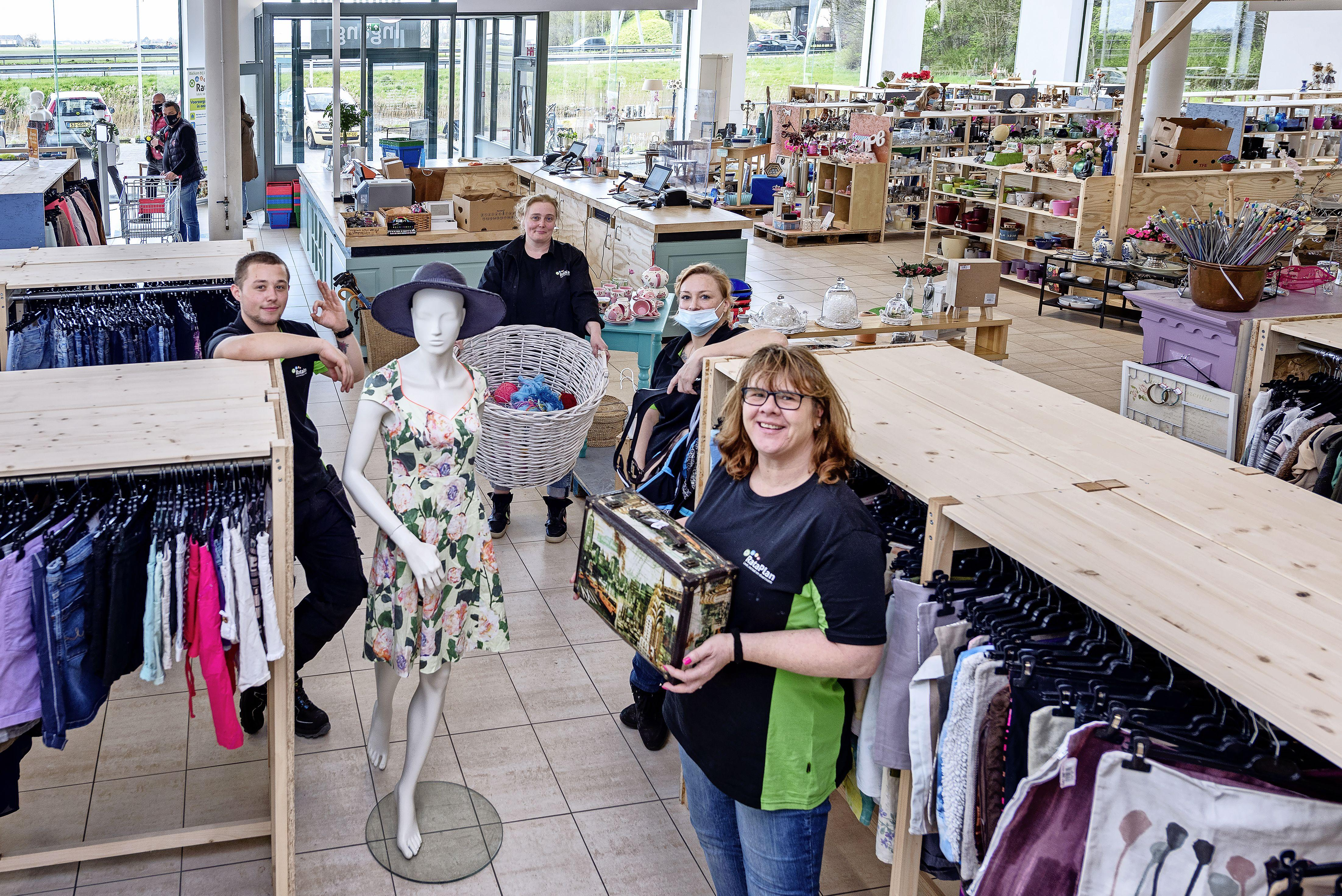 Bezoekers aan de kringloopwinkel zijn een bijzondere categorie. 'Vaak komen ze hier niet doelbewust iets kopen, maar willen ze lekker struinen'