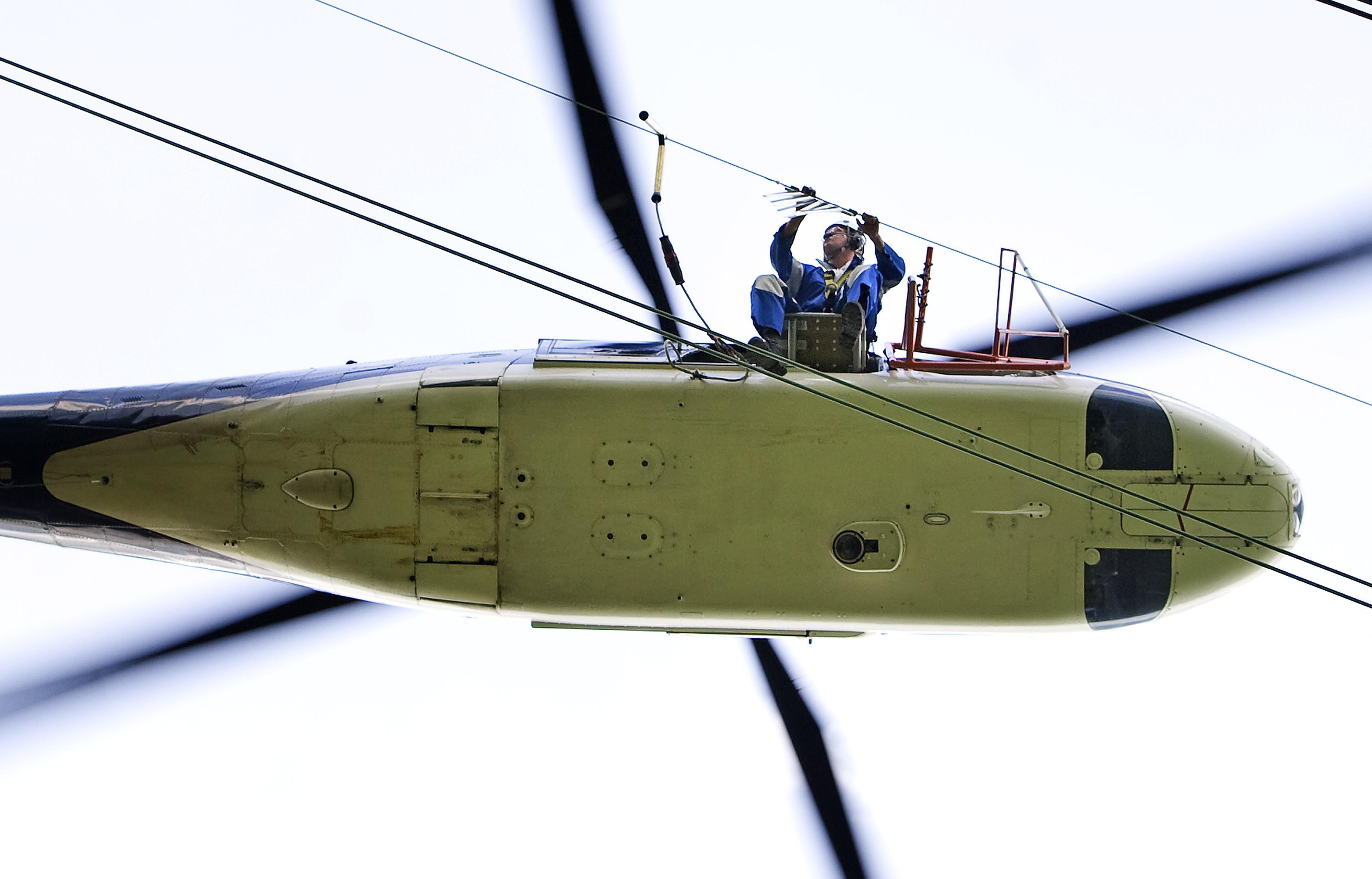 Gloednieuwe vogelflappen in hoogspanningsmasten onveilig, worden per helikopter weer verwijderd