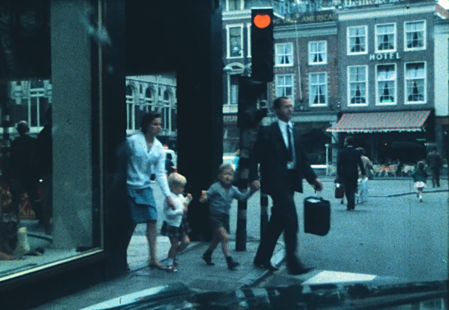 Herkenning bij voorvertoning amateurfilmbeelden Haarlem: 'Hé, dat ben ik met mijn broertje en vader en moeder'