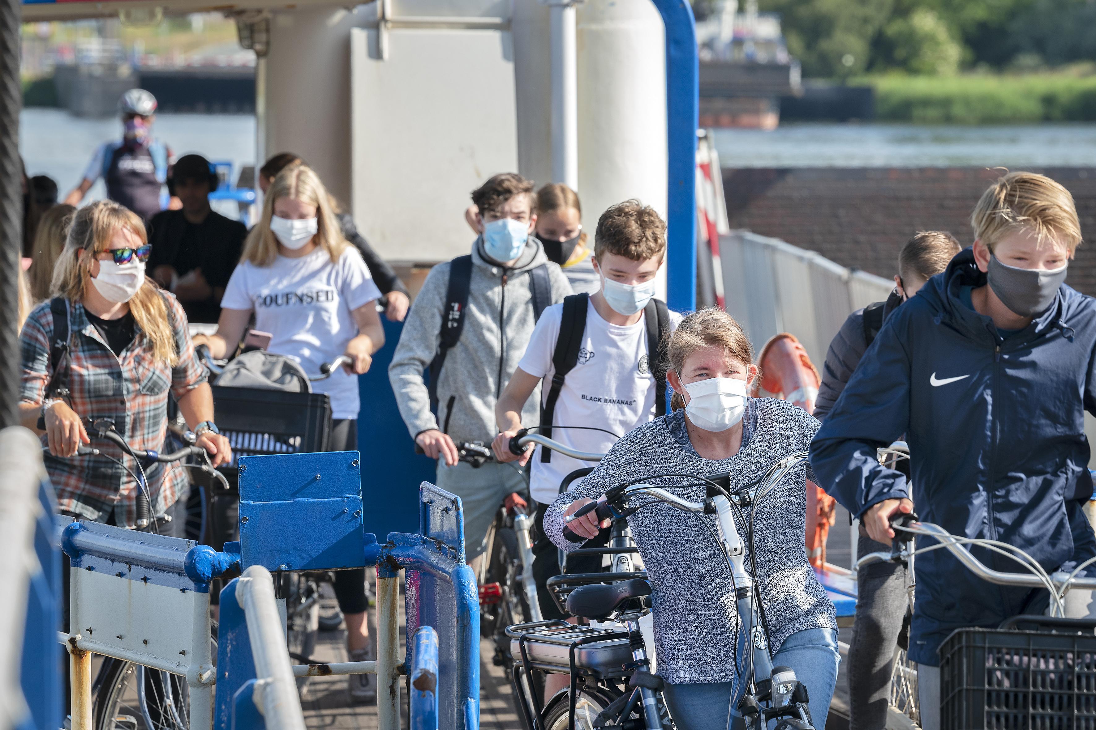 Zaanstad en Velsen willen niet handhaven op mondkapjes op de pont: 'GVB is verantwoordelijk'