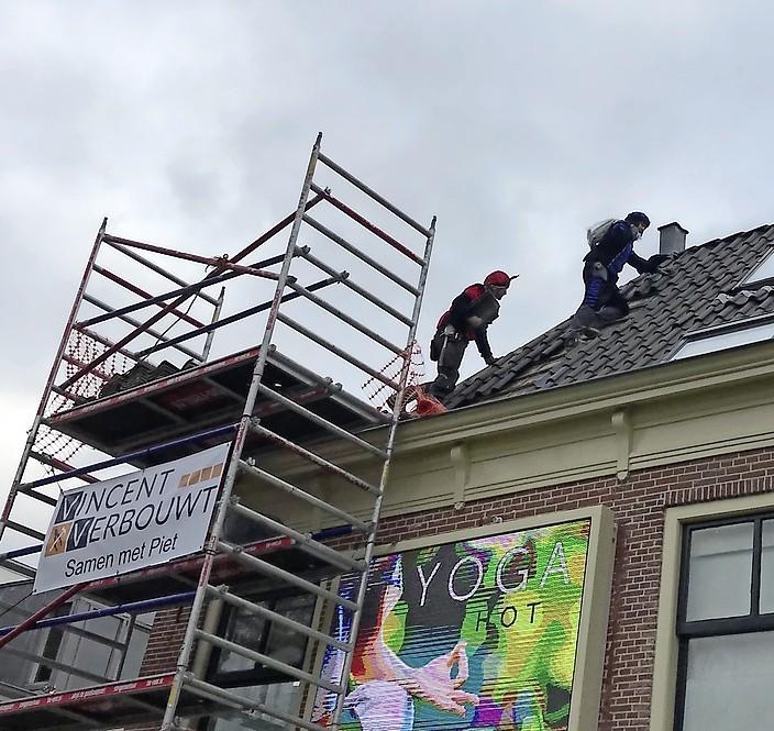 Vrolijke kluspieten repareren het dak op het Ritsevoort