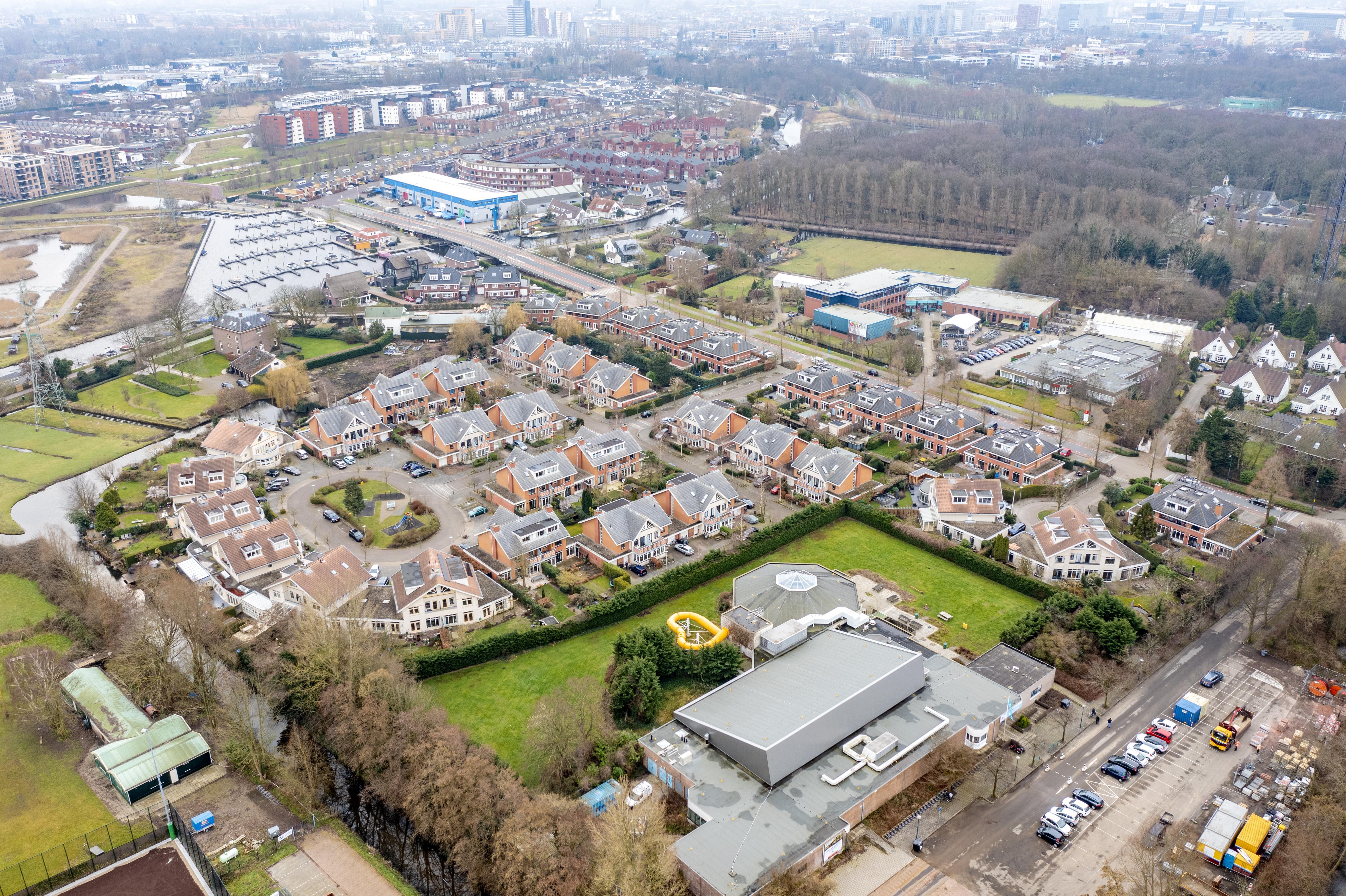 Een nieuwe woonwijk op het buitenbad van Poelmeer   luchtfoto